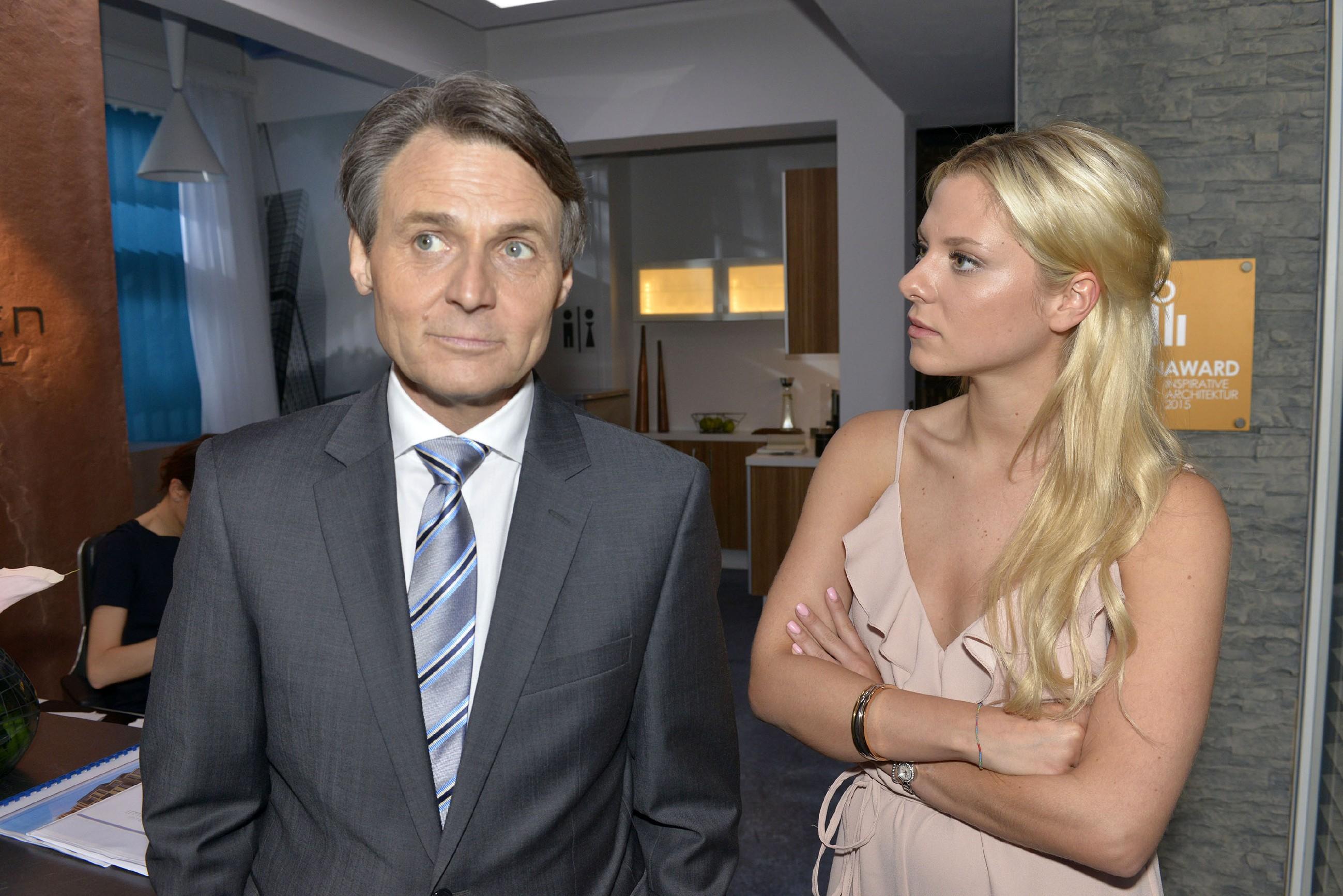 Sunny (Valentina Pahde) realisiert, dass es ein Fehler war, Gerner (Wolfgang Bahro) von dem Lehmann'schen Familienkonflikt zu erzählen. (Quelle: RTL / Rolf Baumgartner)