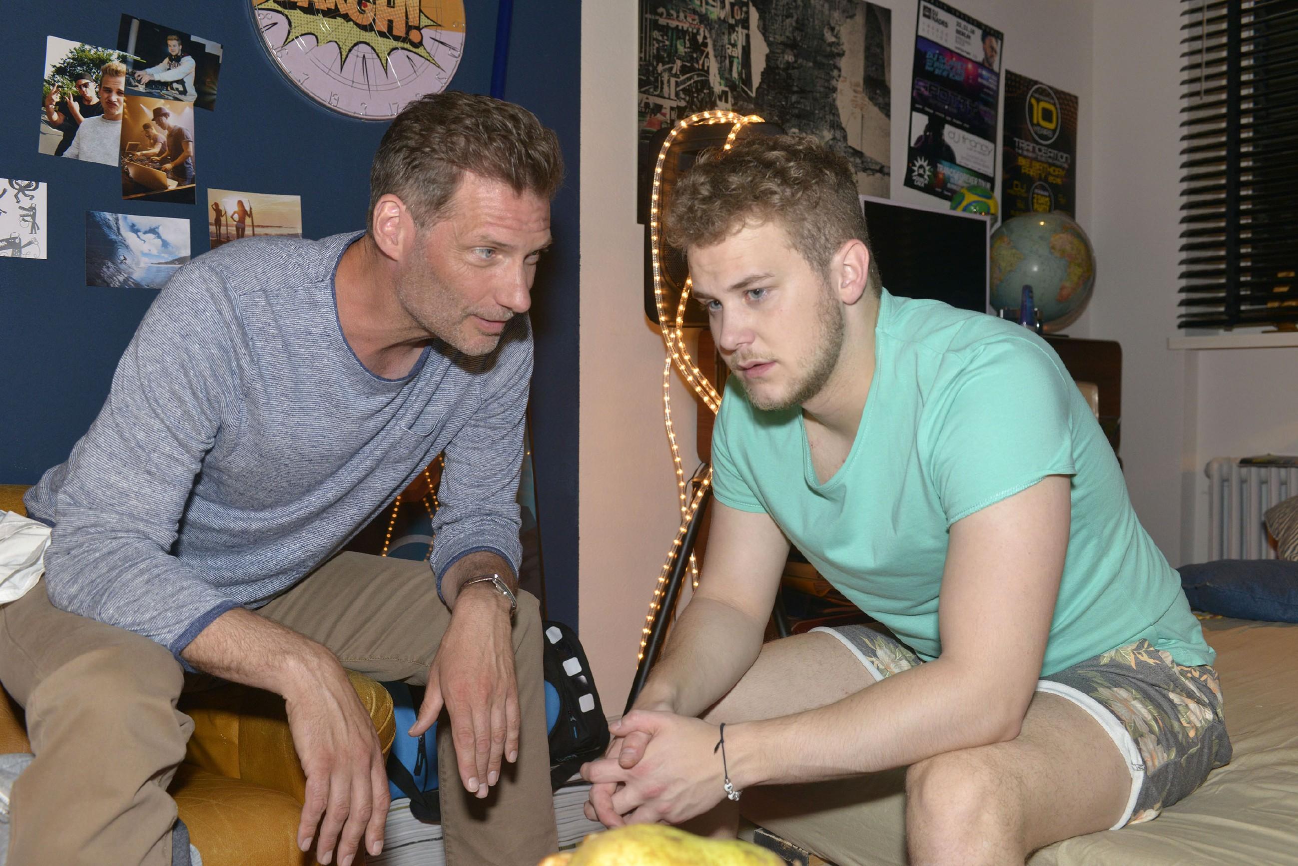 Jonas (Felix van Deventer, r.) leidet unter den Beziehungsproblemen mit Selma und sucht Rat bei Alexander (Clemens Löhr). (Quelle: RTL / Rolf Baumgartner)
