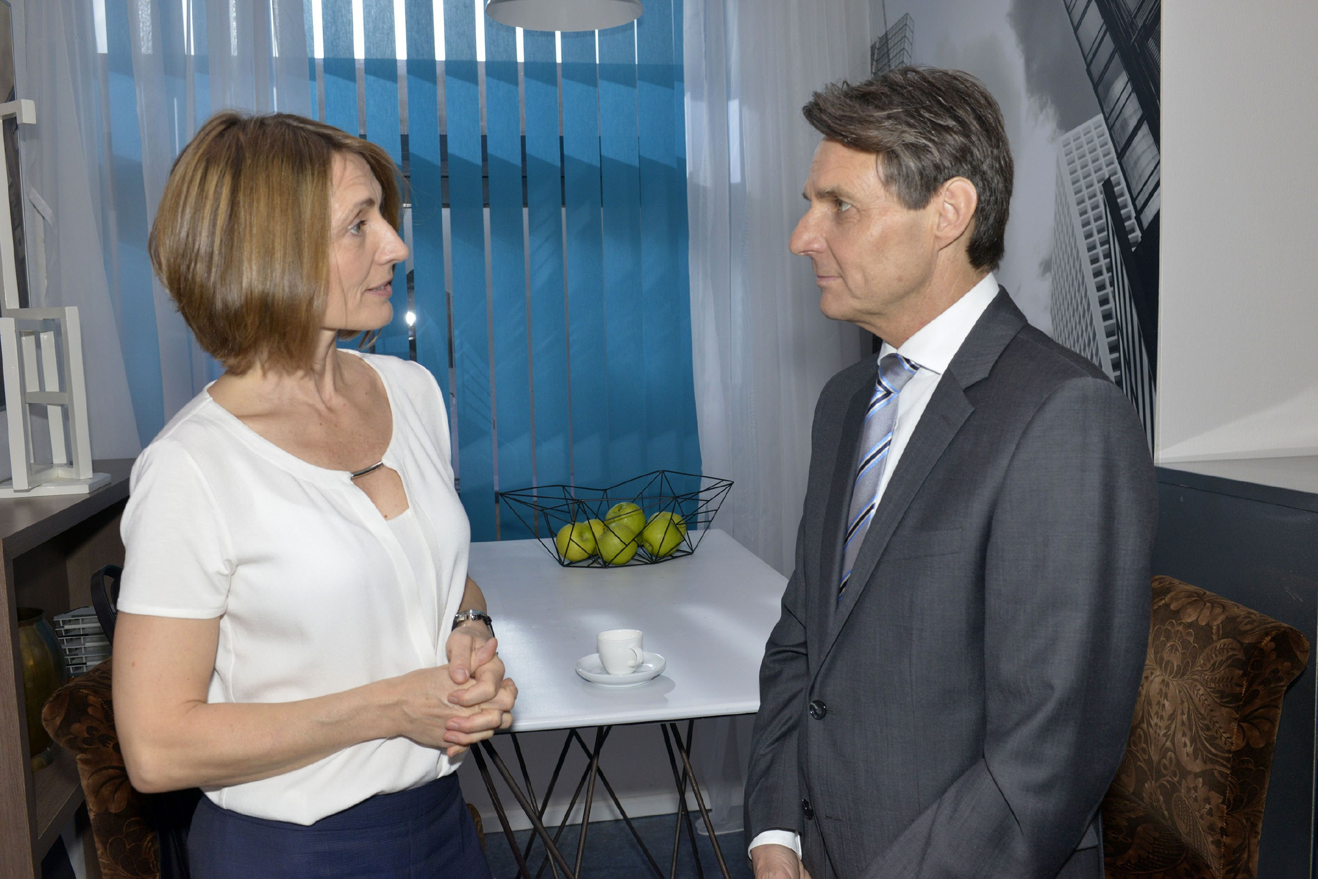 Rosa Lehmann (Joana Schümer) ist überrascht, als sie von Gerner (Wolfgang Bahro) auf ihren Sohn Chris angesprochen wird. (Quelle: RTL / Rolf Baumgartner)