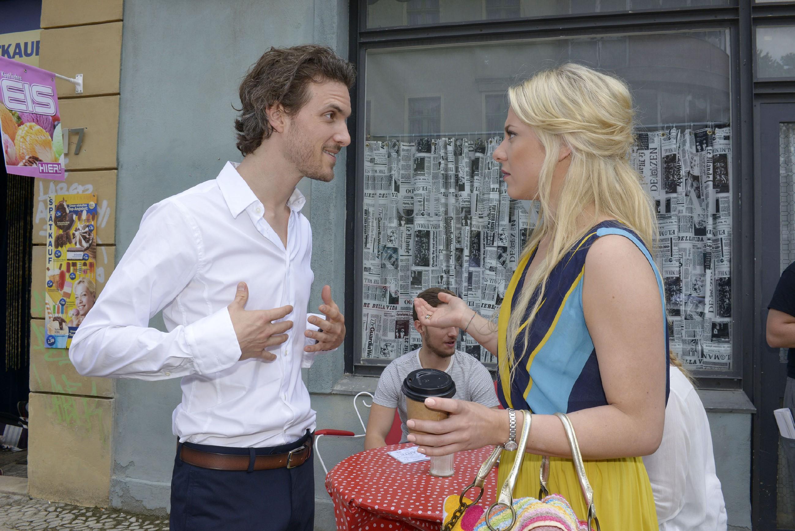 Sunny (Valentina Pahde) begegnet einem jungen, attraktiven Mann und ahnt nicht, dass es sich um Chris' verhassten Bruder Felix Lehmann (Thaddäus Meilinger) handelt... (Quelle: RTL / Rolf Baumgartner)