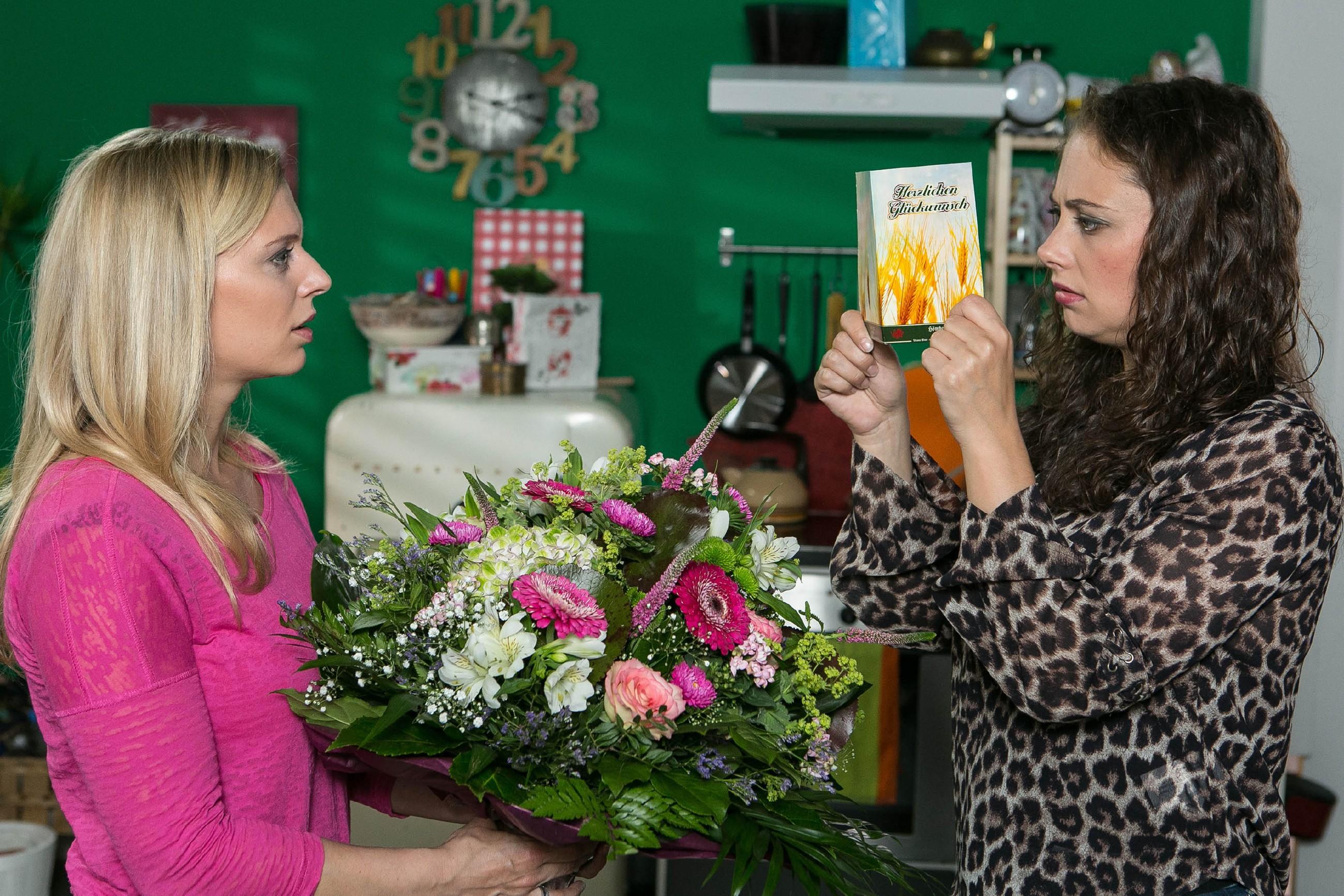 Als Lena (Juliette Greco, l.) Carmen (Heike Warmuth) zum Geburtstag gratuliert, sieht diese ihrer Geburtstagsparty mit gemischten Gefühlen entgegen. (Quelle: RTL / Kai Schulz)