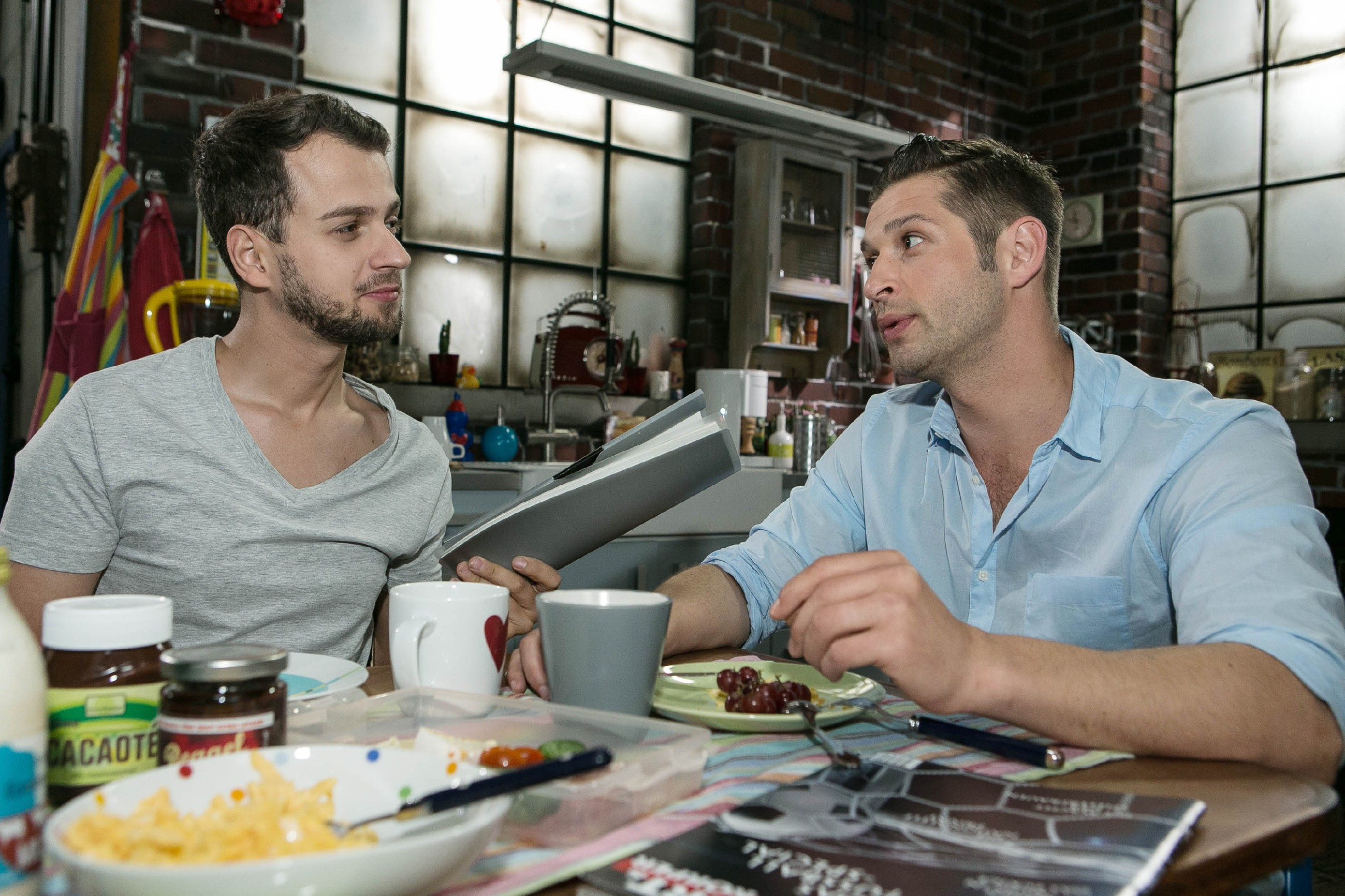 Deniz (Igor Dolgatschew, r.) versucht souverän mit der Jenny-Situation umzugehen und gibt sich Tobi (Michael Jassin) gegenüber gelassen. (Quelle: RTL / Kai Schulz)