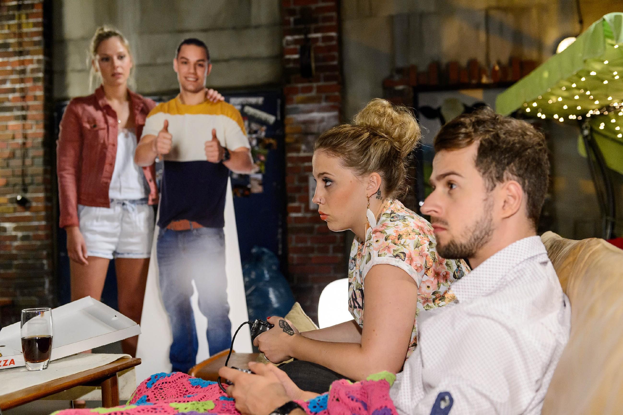 Marie (Cheyenne Pahde, l.) fragt sich im Beisein von Diana (Tanja Szewczenko), was der nahe Moment mit Tobi zu bedeuten hat. (Quelle: RTL / Willi Weber)
