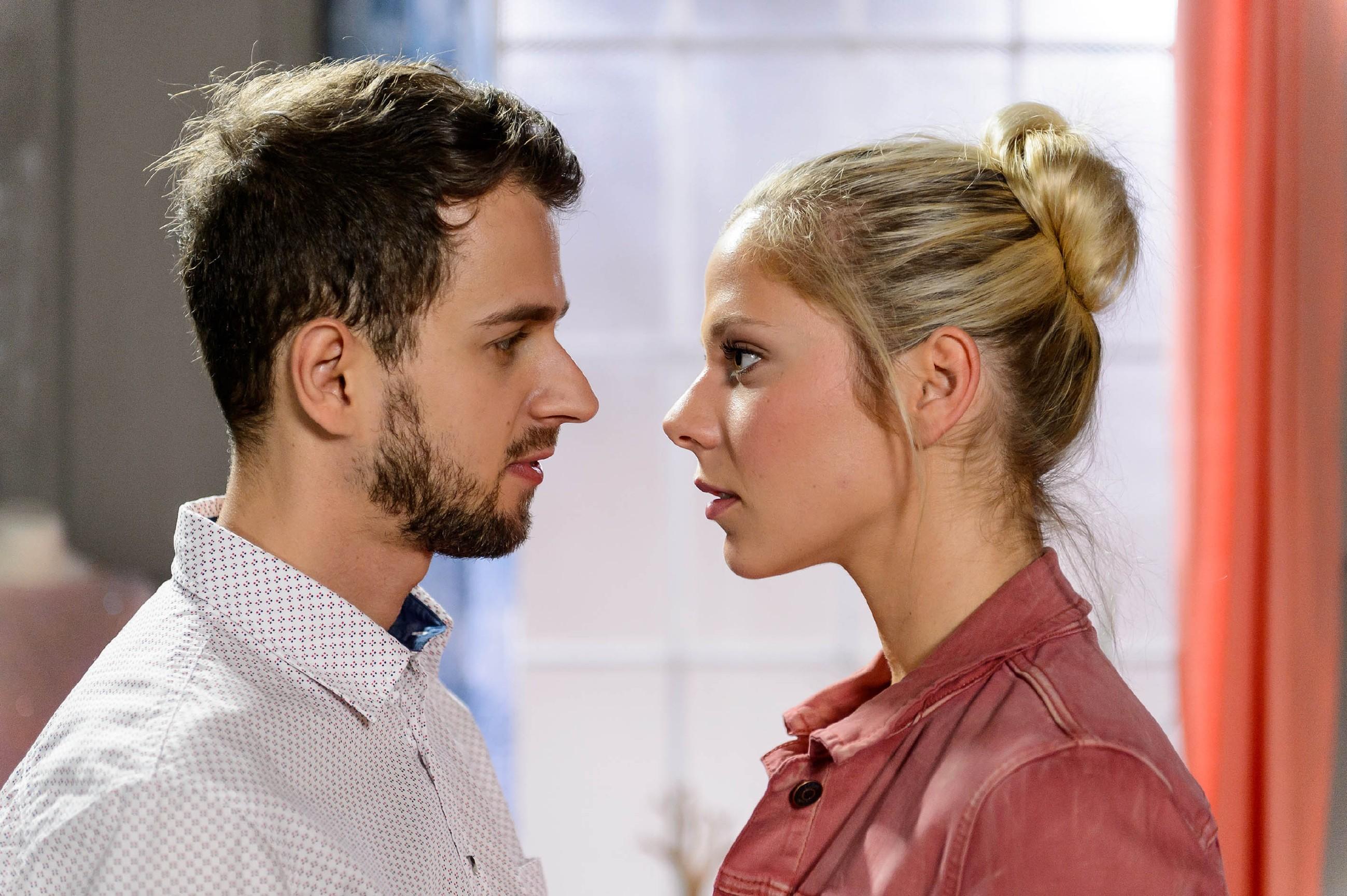 Die Gefühle zwischen Marie (Cheyenne Pahde) und Tobi (Michael Jassin) kommen für einen Moment durch, doch dann bricht Tobi den sich anbahnenden Kuss ab... (Quelle: RTL / Willi Weber)