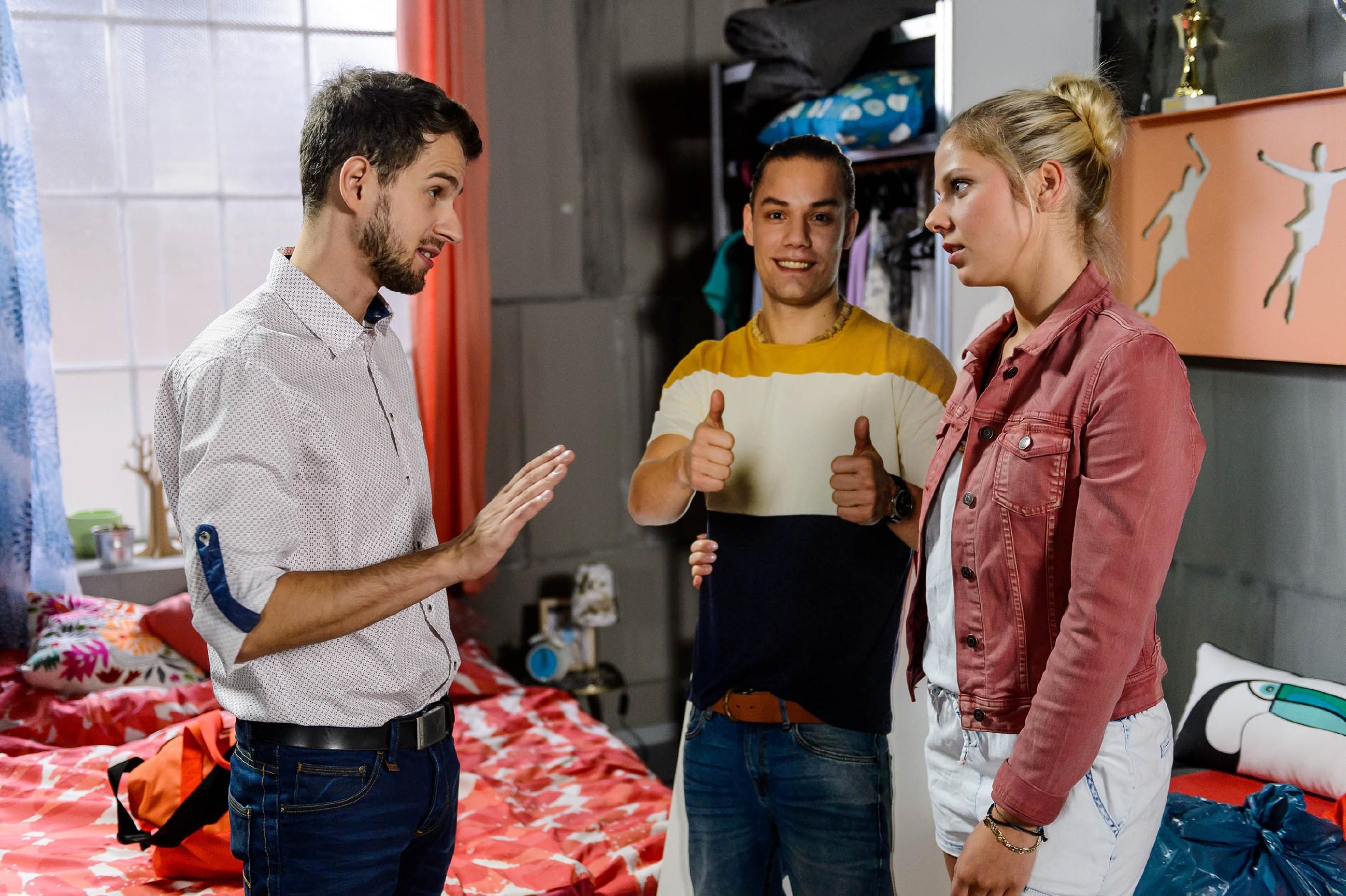Tobi (Michael Jassin) macht Marie (Cheyenne Pahde) klar, dass er nicht der Typ für halbe Sachen ist und er Leo nicht zwischen ihnen duldet. (Quelle: RTL / Willi Weber)
