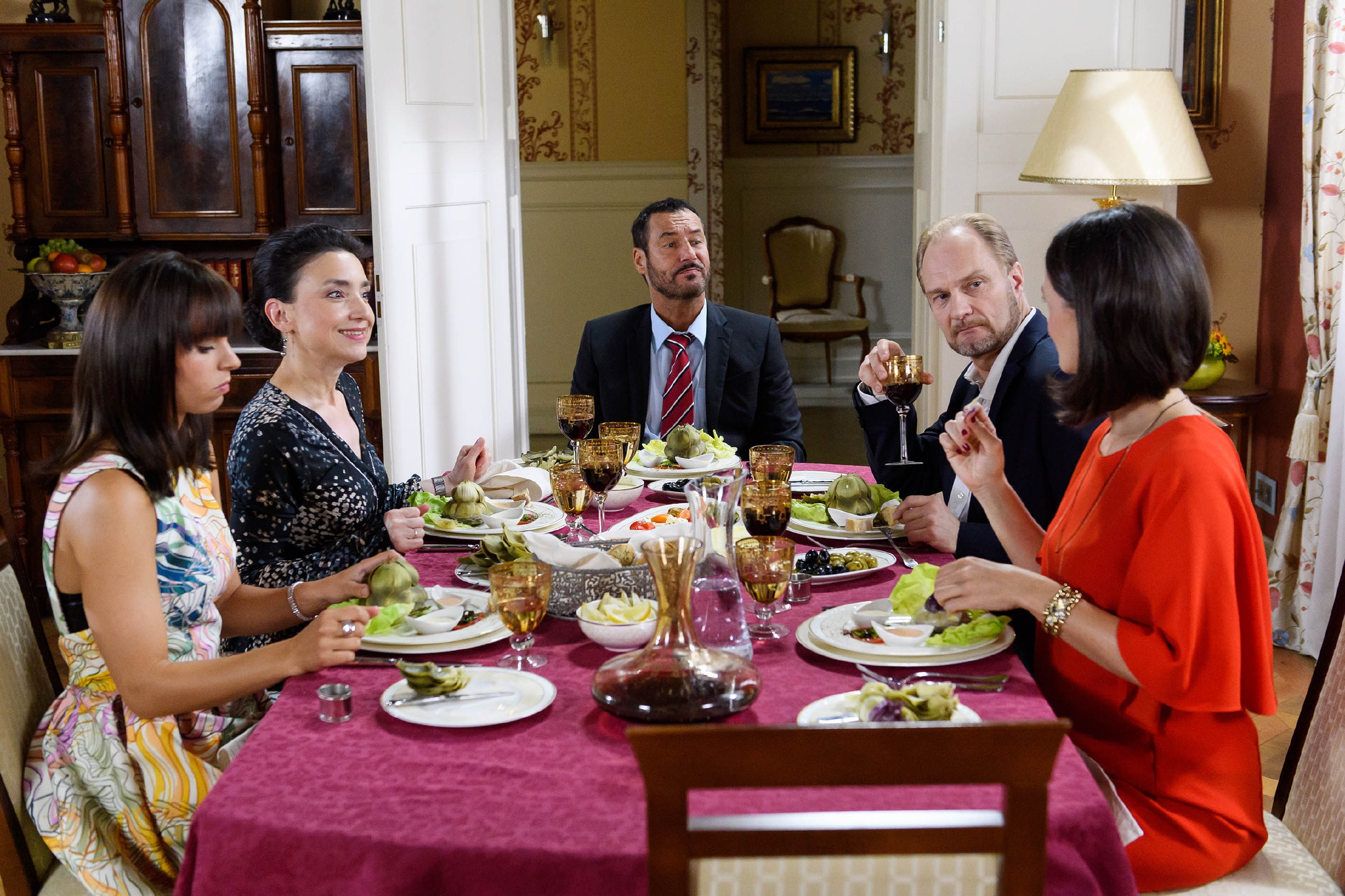 Bei einem gemeinsamen Dinner kämpfen (v.l.) Michelle (Franziska Benz), Simone (Tatjana Clasing), Richard (Silvan-Pierre Leirich) und Jenny (Kaja Schmidt-Tychsen, r.) leidenschaftlich dafür, Magnus Lundgren (Dirk Witthuhn) vom Standort Essen zu überzeugen. (Quelle: RTL / Willi Weber)