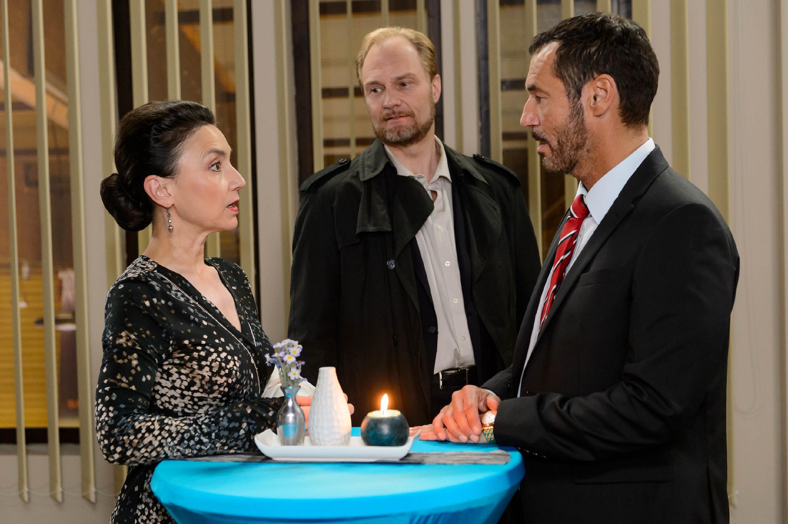 Simone (Tatjana Clasing) und Richard (Silvan-Pierre Leirich, r.) verheimlichen vor Lundgren (Dirk Witthuhn) die Differenzen mit Diana. (Quelle: RTL / Willi Weber)