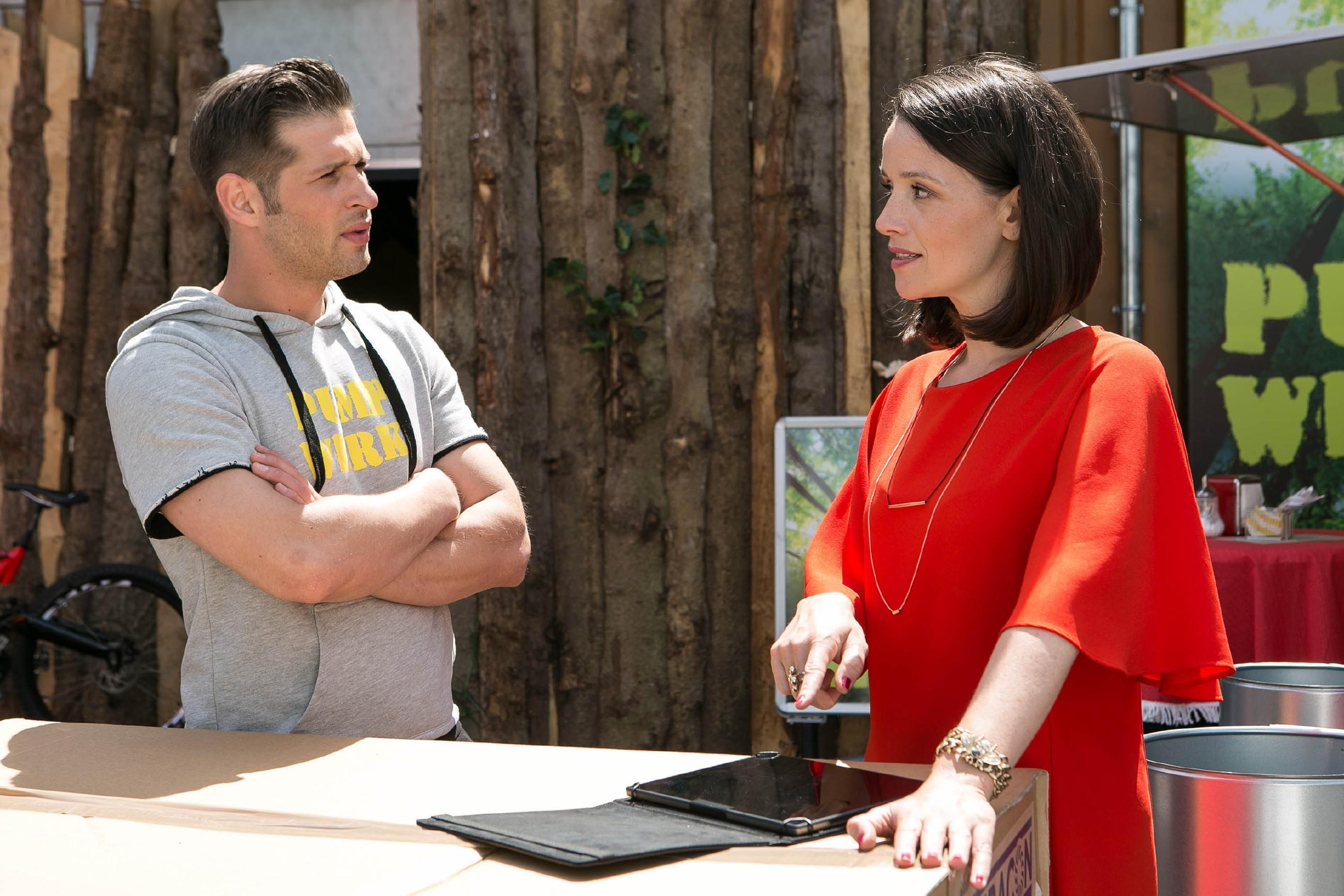 Jenny (Kaja Schmidt-Tychsen) ist immer noch wütend auf Deniz (Igor Dolgatschew) und stört sich daran, dass er mit seinem Pumpwerk so viel Erfolg hat. (Quelle: RTL / Kai Schulz)