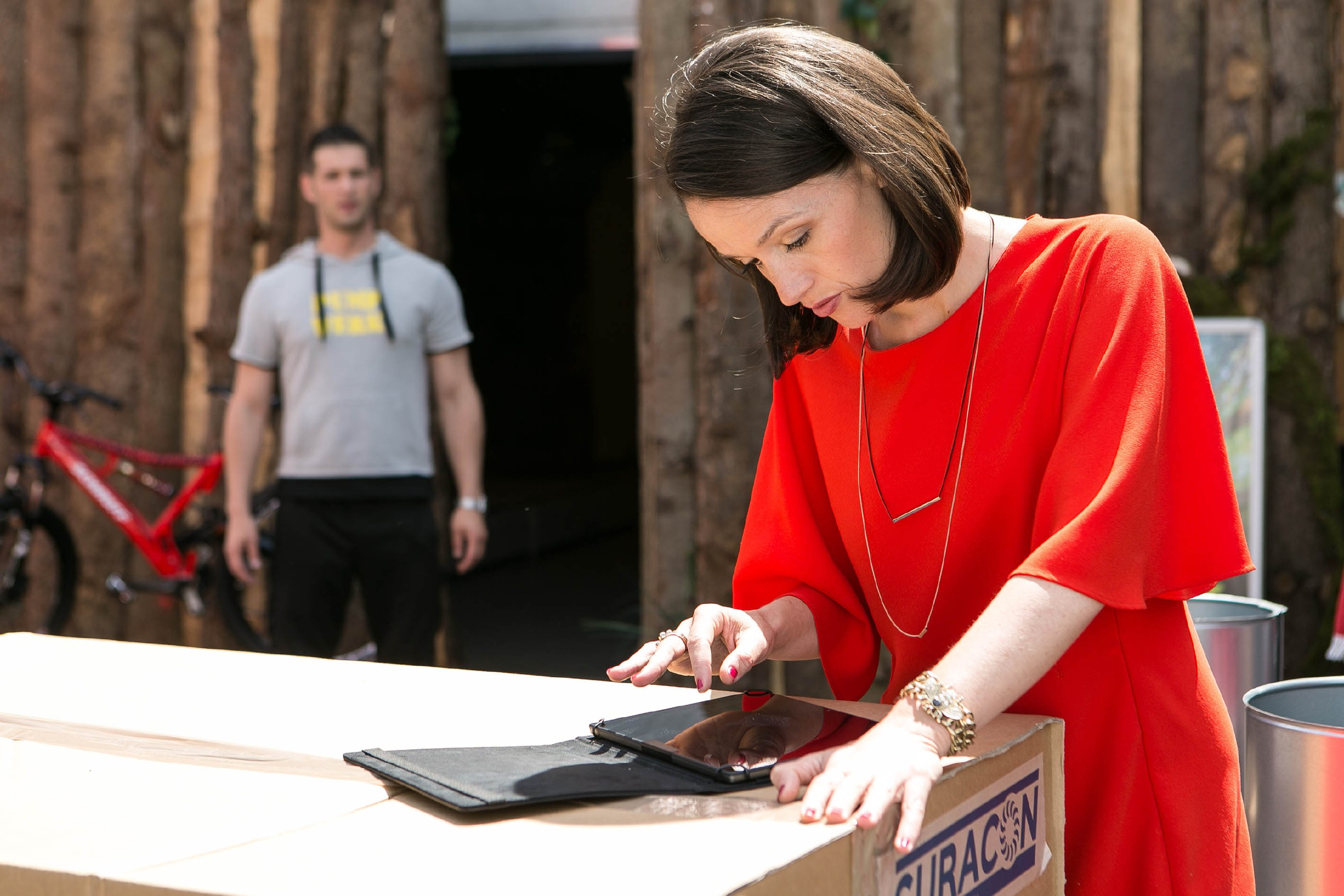 Während Deniz (Igor Dolgatschew) sich um seine neue Klimanlage kümmert und seinen Laptop unbeobachtet lässt, nutzt Jenny (Kaja Schmidt-Tychsen) die Gelegenheit und wirft einen Blick darauf... (Quelle: RTL / Kai Schulz)
