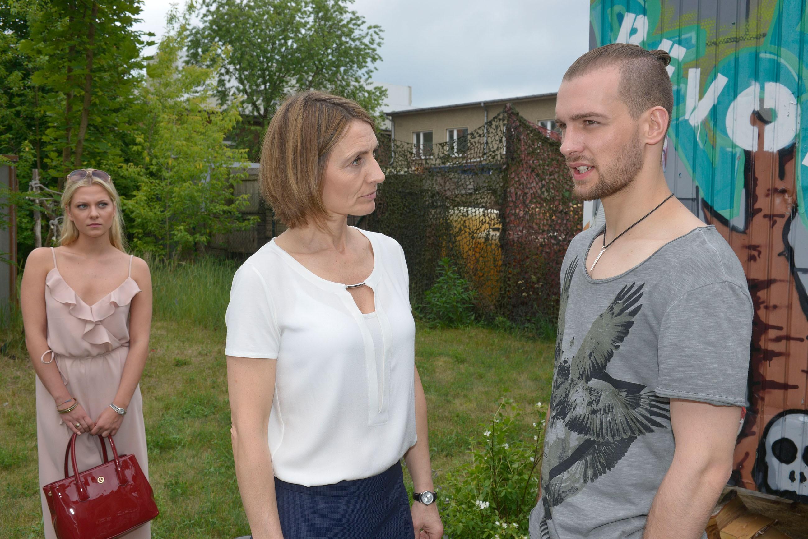 Sunny (Valentina Pahde, l.) hat unabsichtlich dafür gesorgt, dass Chris (Eric Stehfest) sich mit seiner Mutter Rosa (Joana Schümer) konfrontiert sieht... (Quelle: RTL / Rolf Baumgartner)