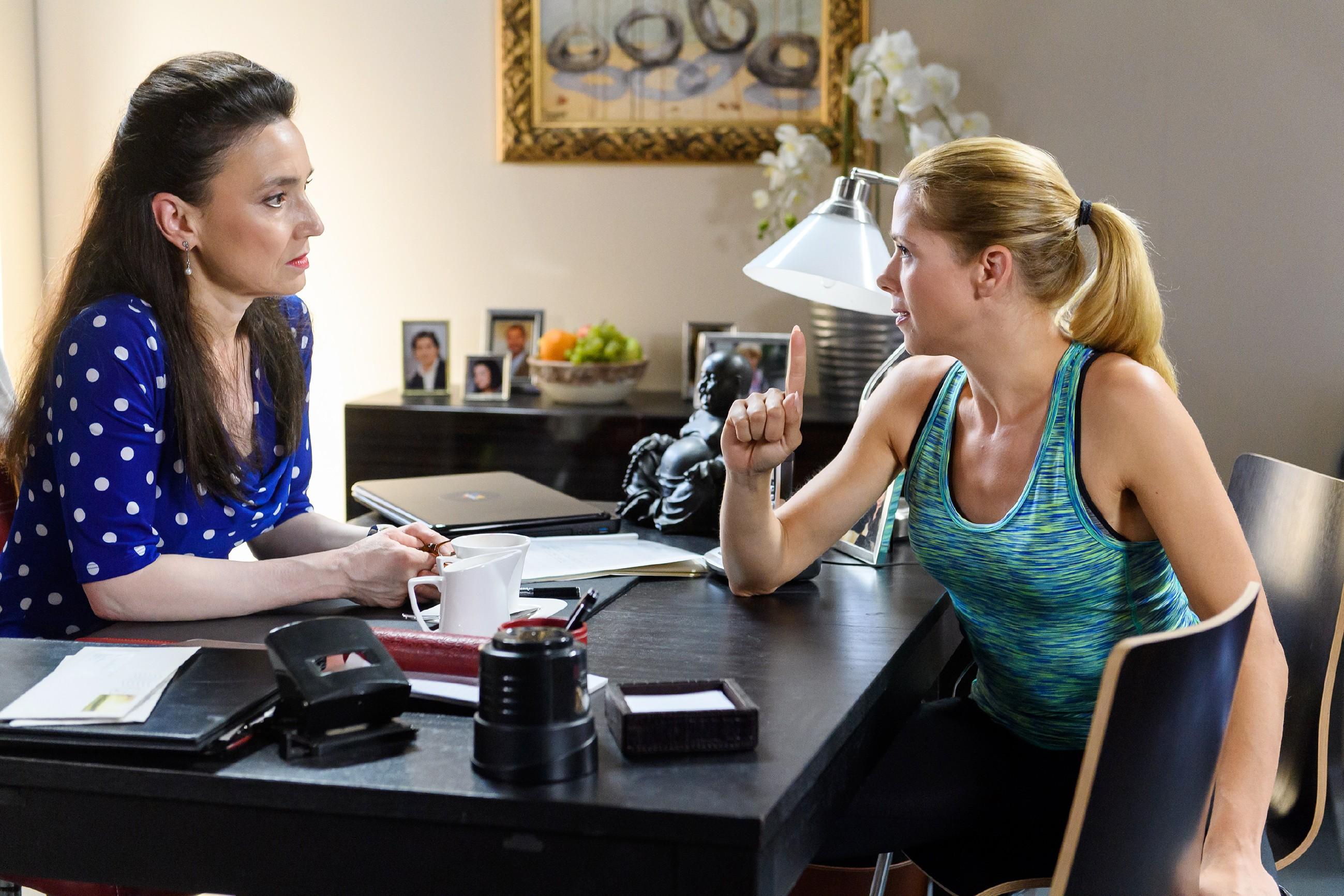 Diana (Tanja Szewczenko, r.) geht Marie zuliebe einen Deal mit Simone (Tatjana Clasing) ein - unter ihren Bedingungen... (Quelle: RTL / Willi Weber)