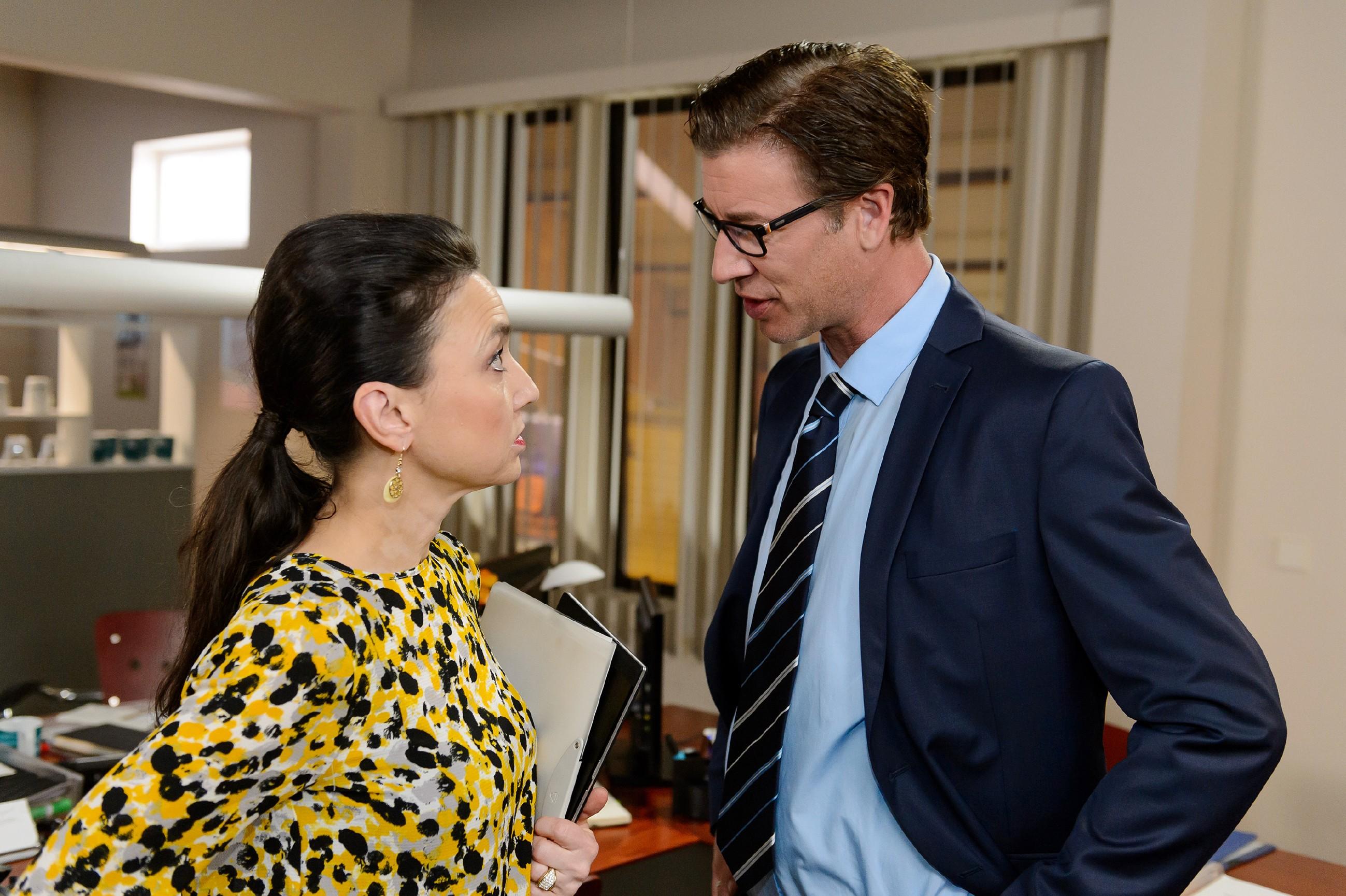 Simone (Tatjana Clasing) und Christoph (Lars Korten) suchen einen Weg, um Diana doch noch davon zu überzeugen, EM-Botschafterin zu werden. (Quelle: RTL / Willi Weber)