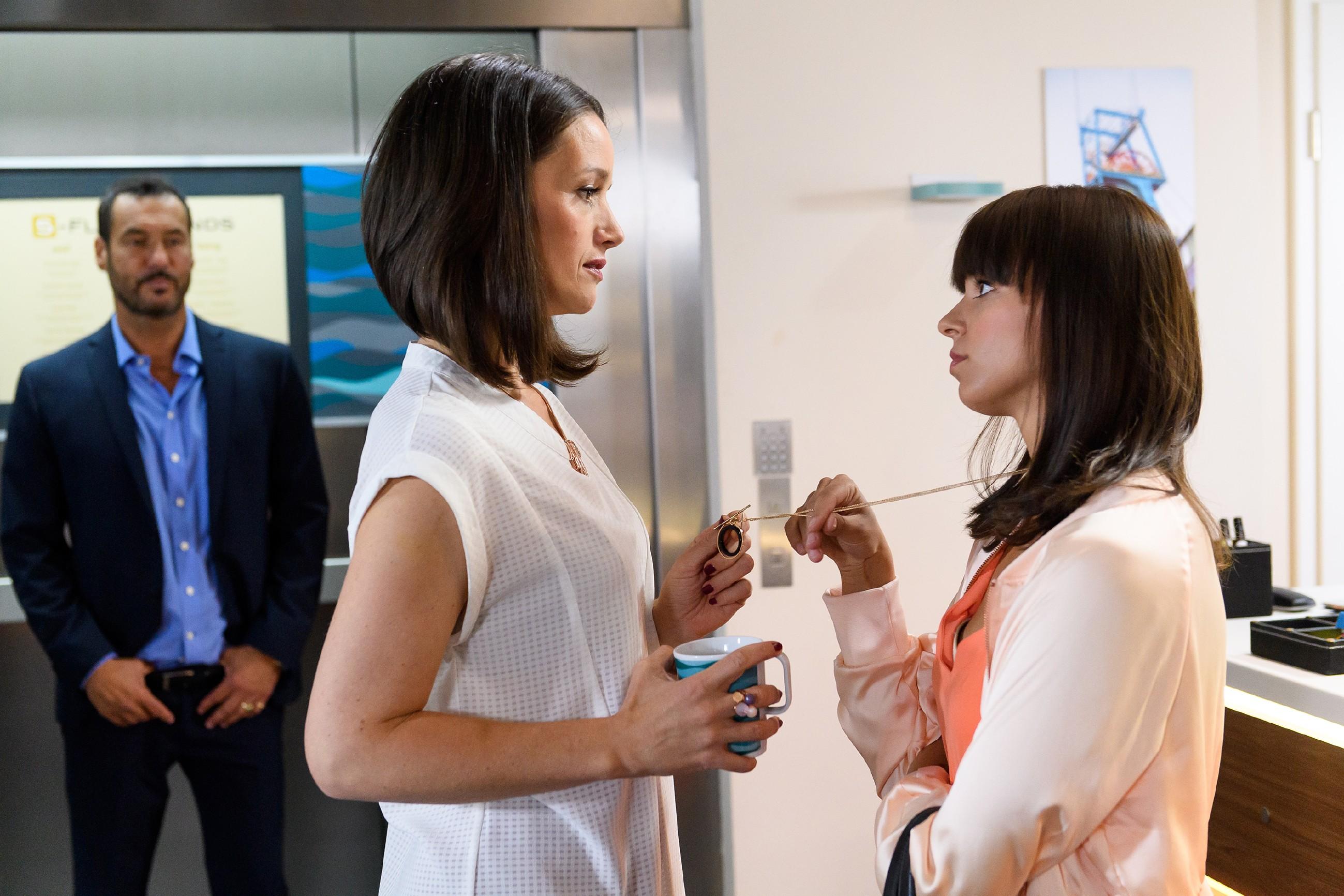 Jenny (Kaja Schmidt-Tychsen, M.) erkennt im Gespräch mit Michelle (Franziska Benz), dass sie einen Fehler beheben muss. Richard (Silvan-Pierre Leirich) bekommt die Unterhaltung der beiden mit. (Quelle: RTL / Willi Weber)