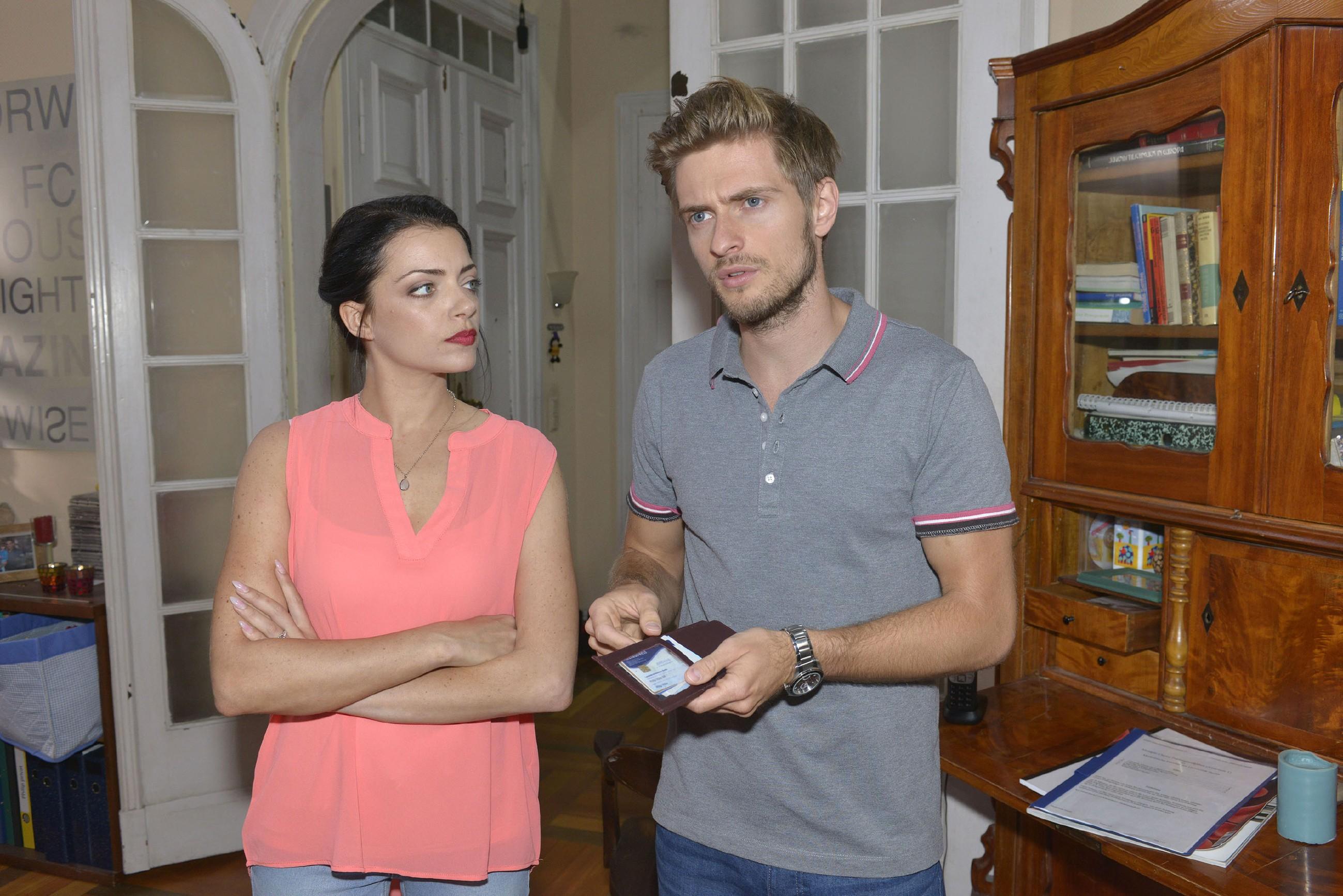 Emily (Anne Menden) beschuldigt Roberto, für das Verschwinden von Philips (Jörn Schlönvoigt) Kreditkarte verantwortlich zu sein.