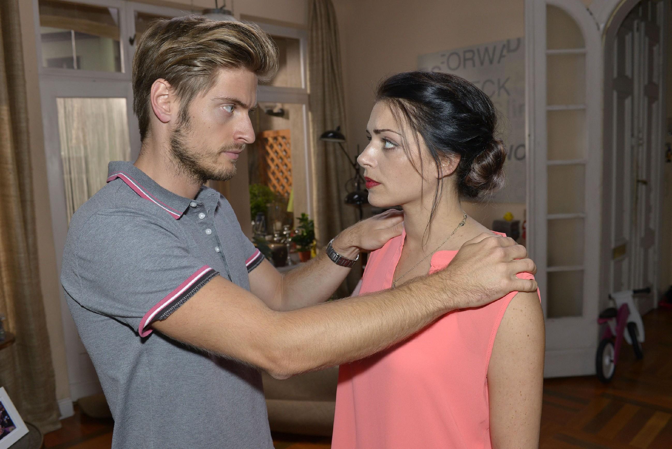 Emily (Anne Menden) regt es auf, dass ausgerechnet Philip (Jörn Schlönvoigt) anfängt, auf Robertos Lügen reinzufallen...