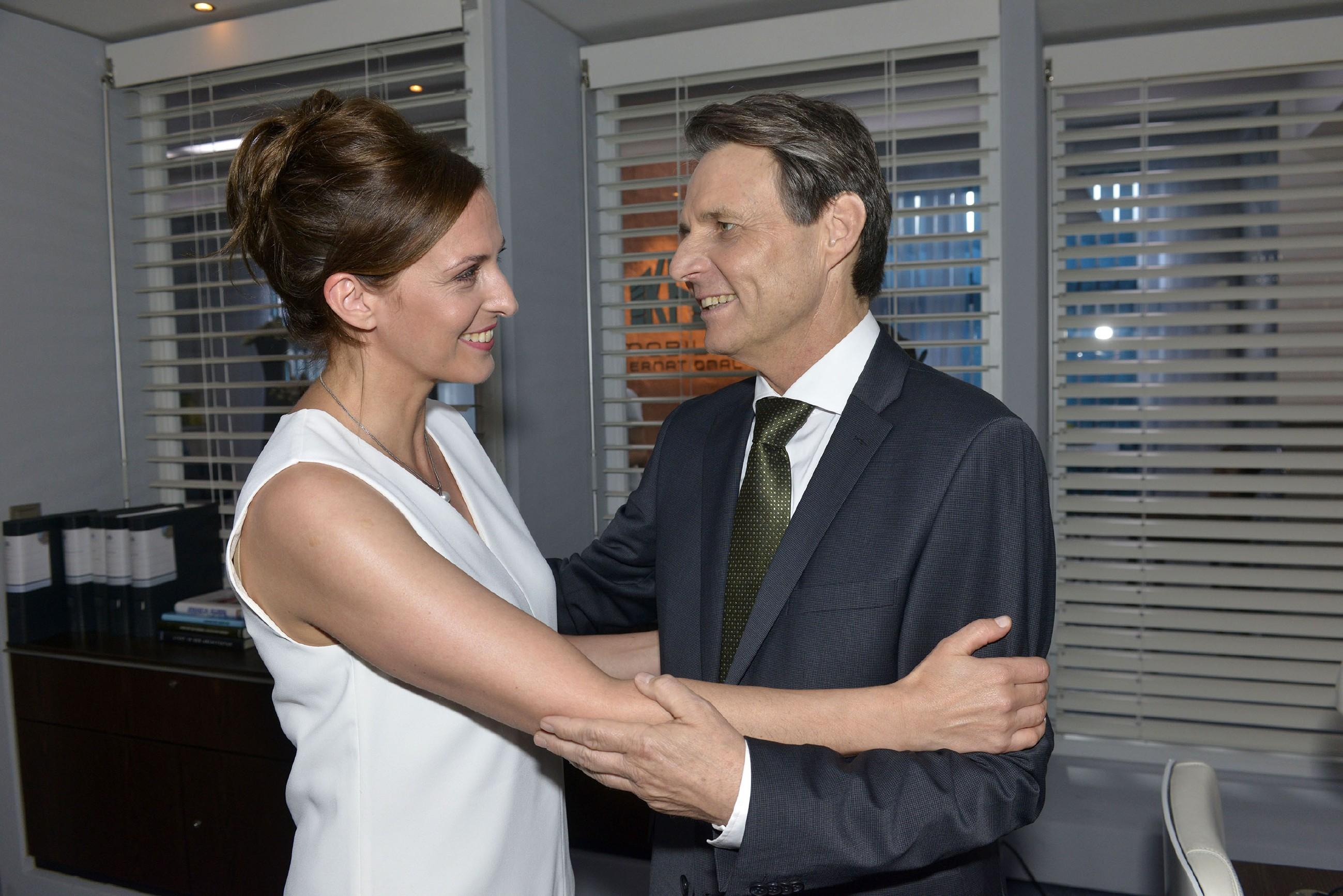 Katrin (Ulrike Frank) wird bewusst, was sie an Gerner (Wolfgang Bahro) hat. (Quelle: RTL / Rolf Baumgartner)