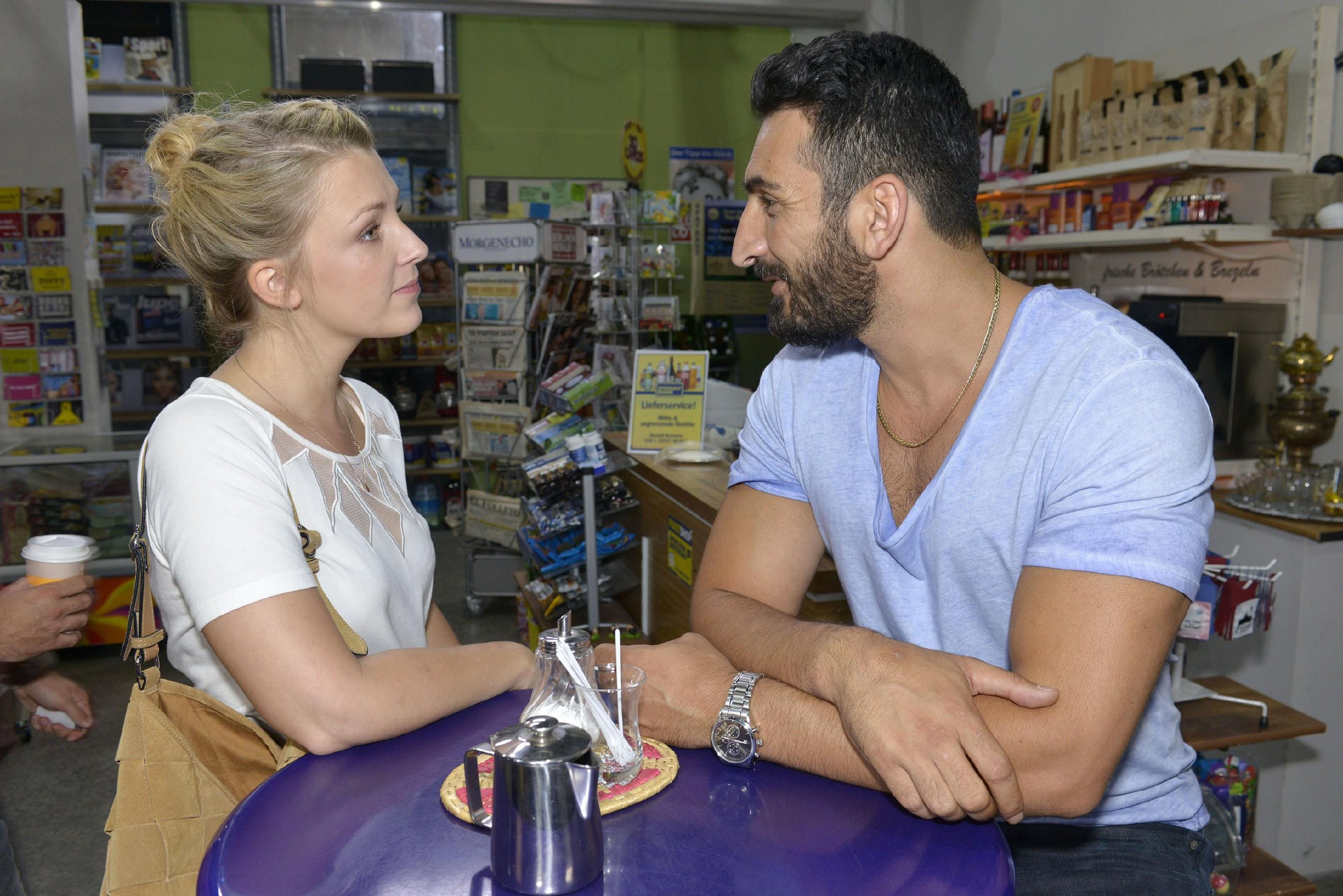 """Mesut (Mustafa Alin) erklärt Lilly (Iris Mareike Steen), dass Maja zugestimmt hat, mit einem Date zwei Wochen auf ihn zu warten, bis sein """"Frauen-Ramadan"""" offiziell vorbei ist. (Quelle: RTL / Rolf Baumgartner)"""