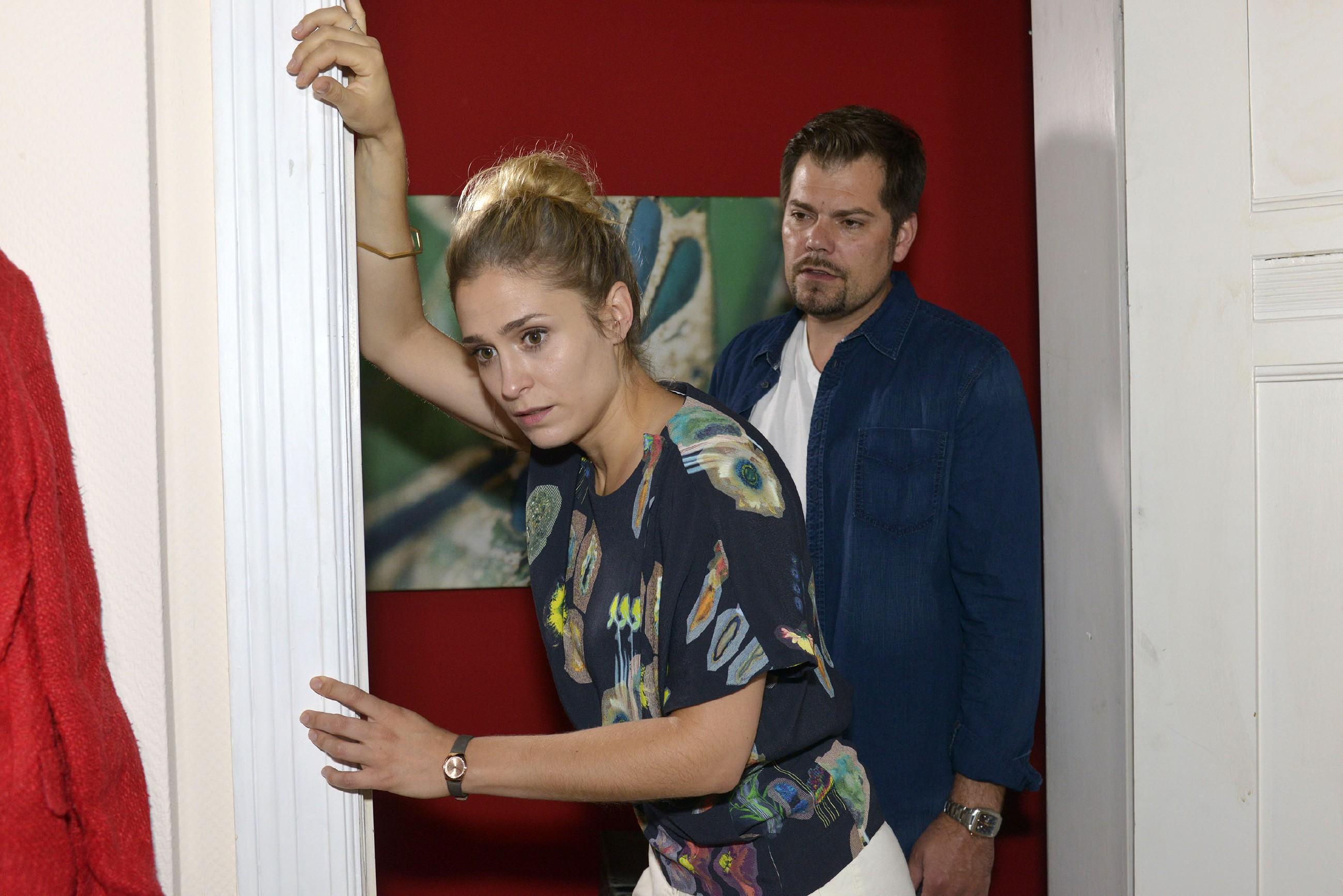 Leon (Daniel Fehlow) macht sich Sorgen um Sophie (Lea Marlen Woitack), die offenbar mit Schwangerschaftsbeschwerden zu kämpfen hat. (Quelle: RTL / Rolf Baumgartner)