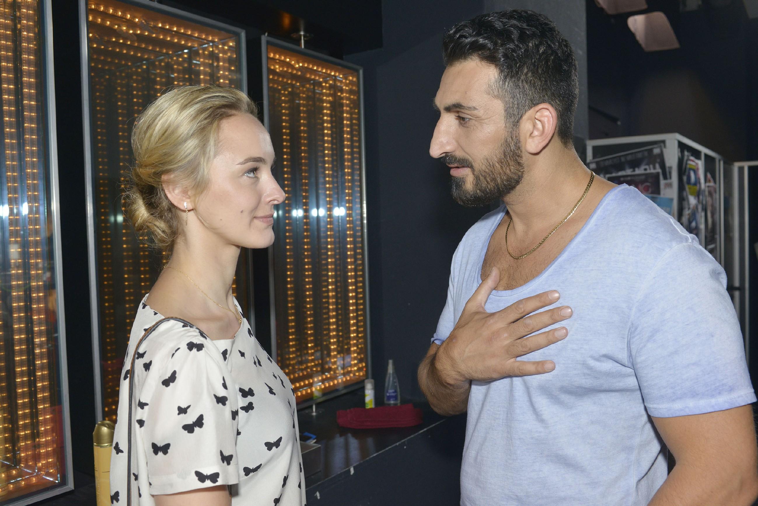 Mesut (Mustafa Alin) wird unsicher, ob es richtig ist, die Wette mit Anni über ein Date mit Maja (Ann Catrin Märzke) zu stellen... (Quelle: RTL / Rolf Baumgartner)