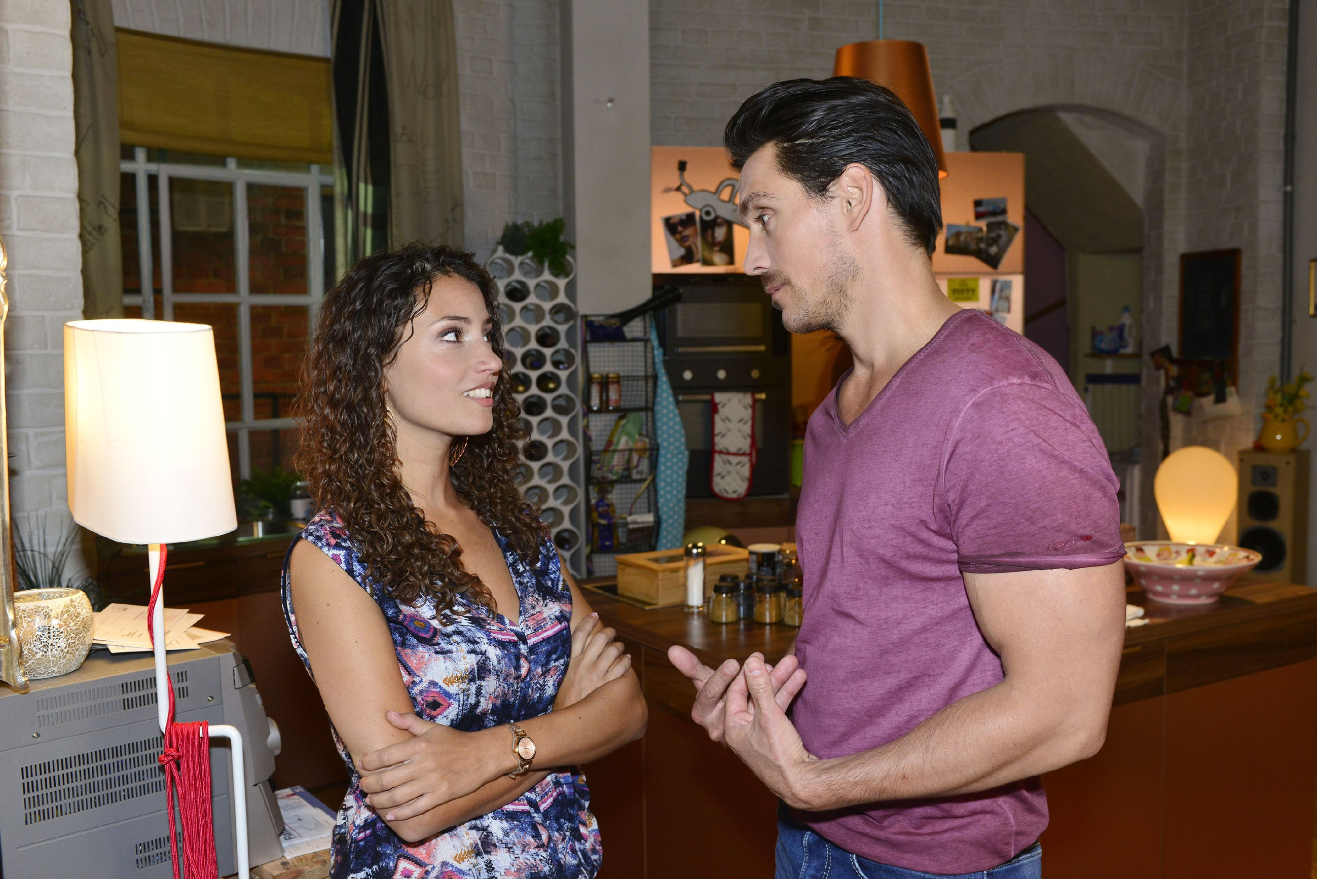 David (Philipp Christopher) begreift, dass Ayla (Nadine Menz) beim Thema Seitensprung keinen Spaß versteht und versichert ihr, dass er nicht vorhat, sie zu betrügen. (Quelle: RTL / Rolf Baumgartner)