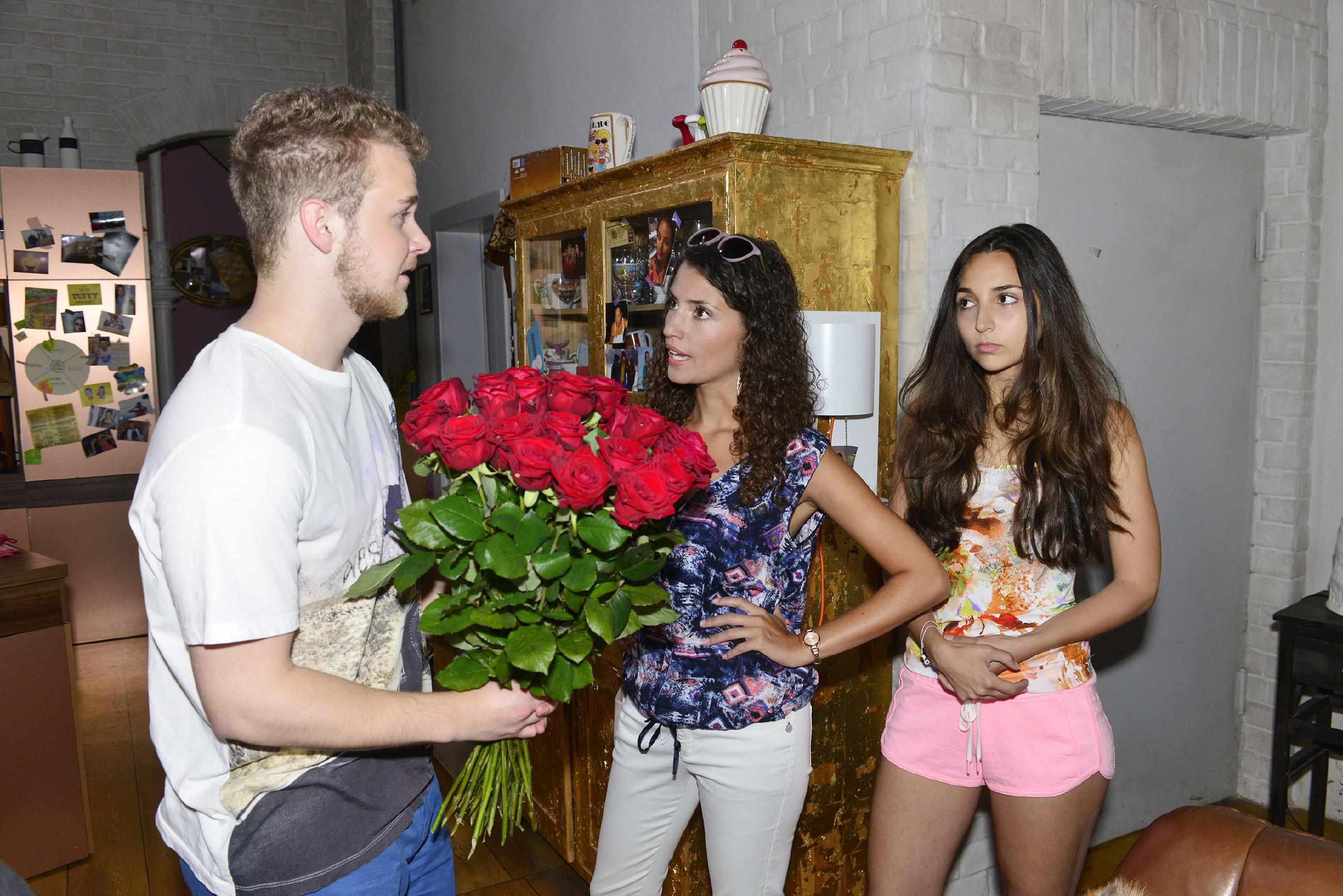 Als Jonas (Felix van Deventer) plötzlich mit Blumen aufkreuzt, erfährt Ayla (Nadine Menz, M.) entsetzt, dass Jonas Selma (Rona Özkan) betrogen hat... (Quelle: RTL / Rolf Baumgartner)