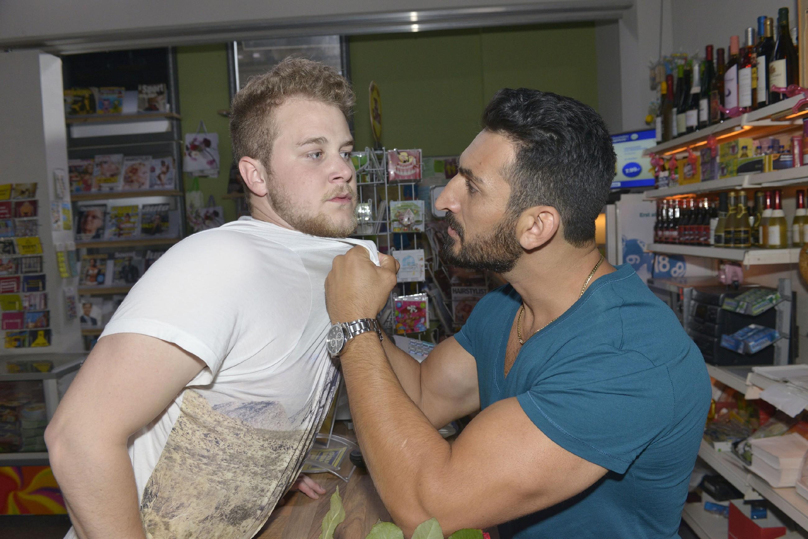 Jonas' (Felix van Deventer, l.) Fehltritt macht auch Mesut (Mustafa Alin) wütend... (Quelle: RTL / Rolf Baumgartner)