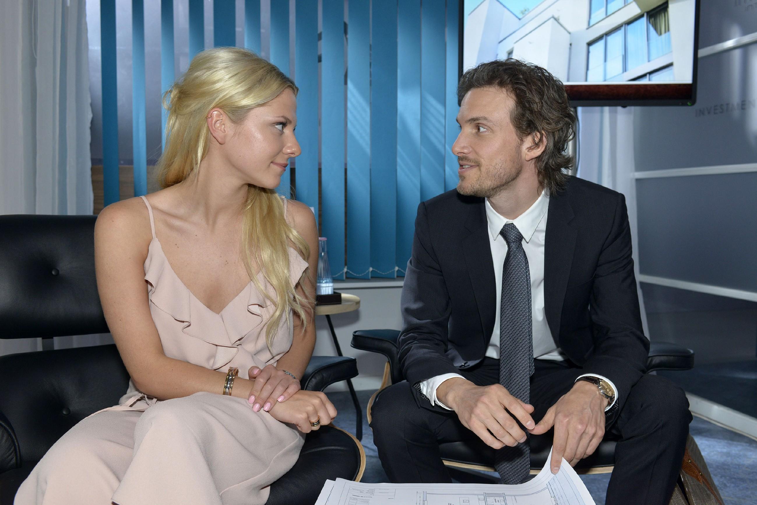 Sunny (Valentina Pahde) bekommt den Eindruck, dass Felix (Thaddäus Meilinger) an einer Versöhnung mit seinem Bruder interessiert ist. (Quelle: RTL / Rolf Baumgartner)