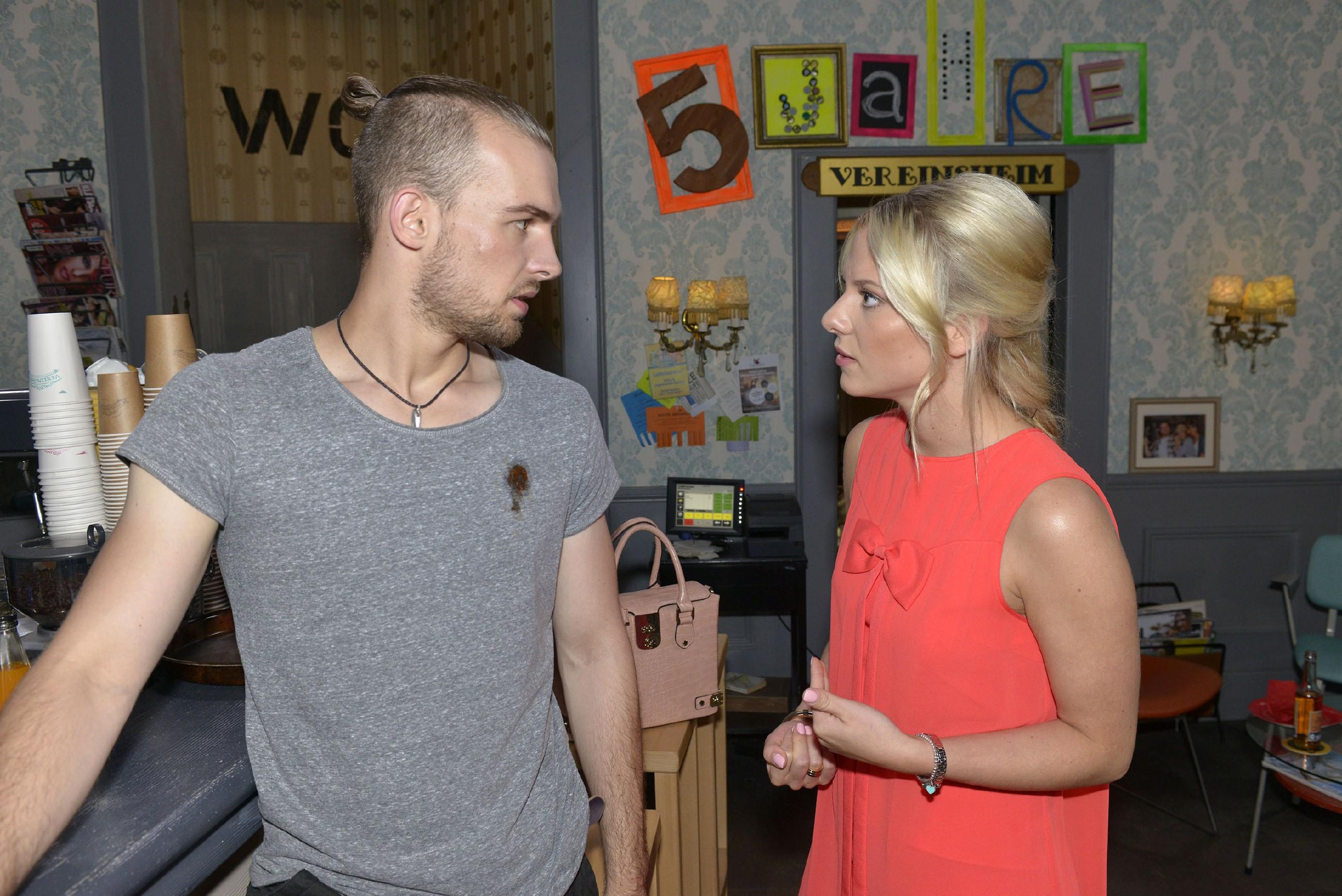 Chris (Eric Stehfest) kommt nicht damit klar, dass Sunny (Valentina Pahde) sich so gut mit seinem verhassten Bruder versteht und verletzt sie mit seinen Vorwürfen. (Quelle: RTL / Rolf Baumgartner)