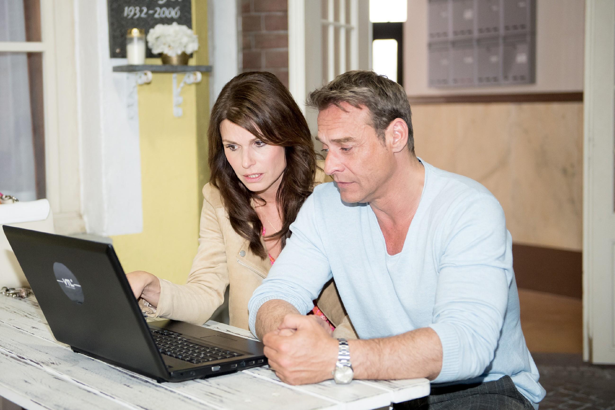 Britta (Tabea Heynig) erkennt im Beisein von Rufus (Kai Noll) entrüstet, dass sie in den sozialen Netzwerken gedisst wird. (Quelle: RTL / Stefan Behrens)