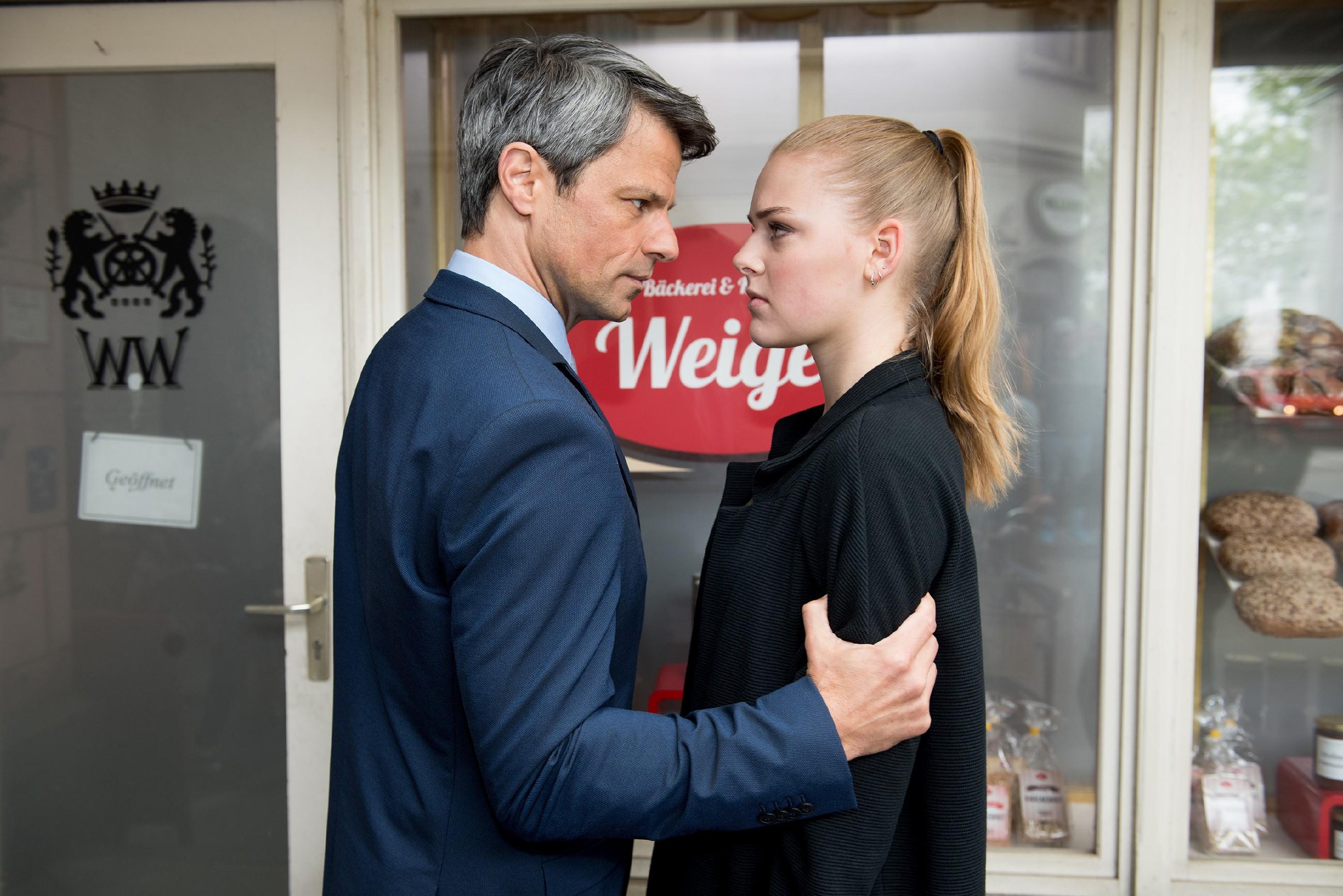 Benedikt (Jens Hajek) macht Fiona (Olivia Burkhart) bedrohlich klar, dass sie endlich den Mund zu halten hat. (Quelle: RTL / Stefan Behrens)