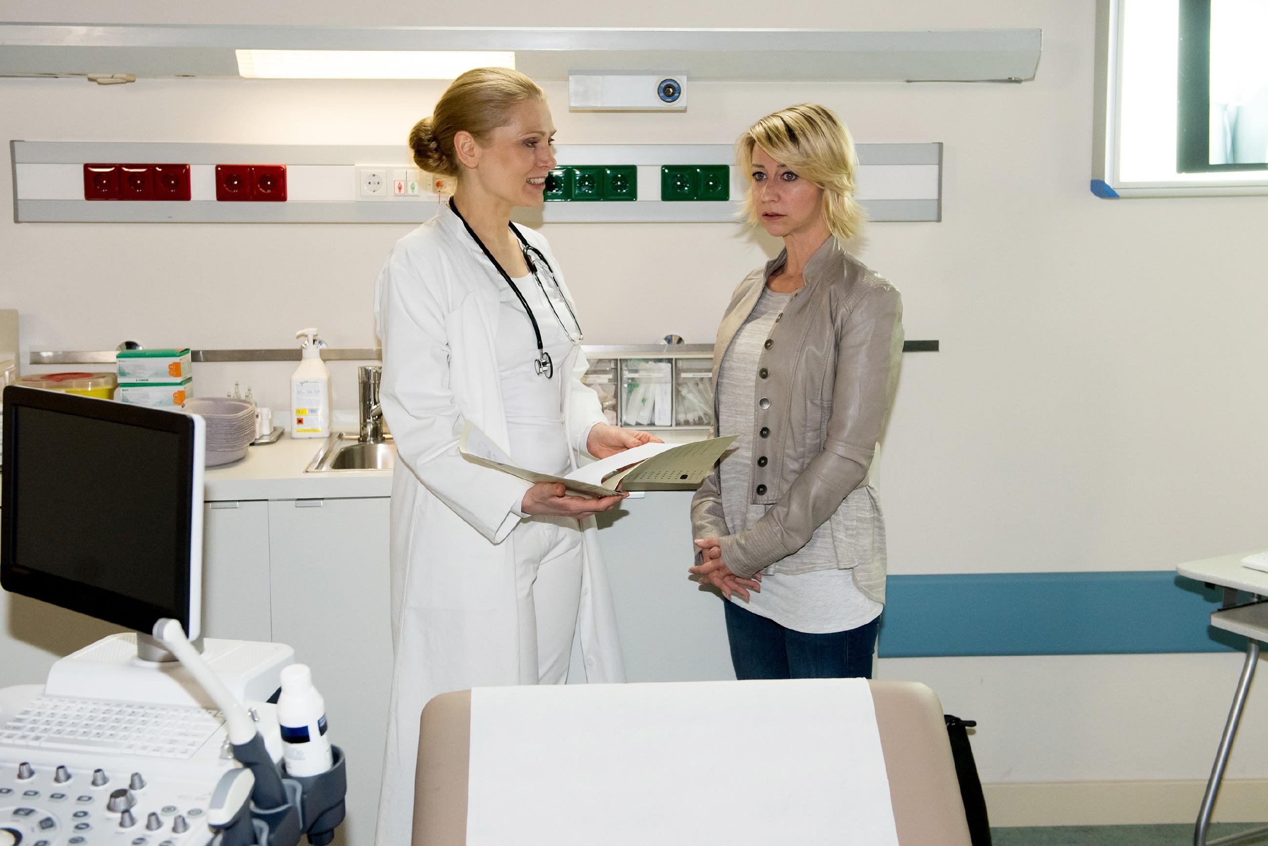 Ute (Isabell Hertel, r.) ist fassungslos, als ihre Ärztin Dr. Herbst (Silke Natho) ihr eröffnet, schwanger zu sein... (Quelle: RTL / Stefan Behrens)