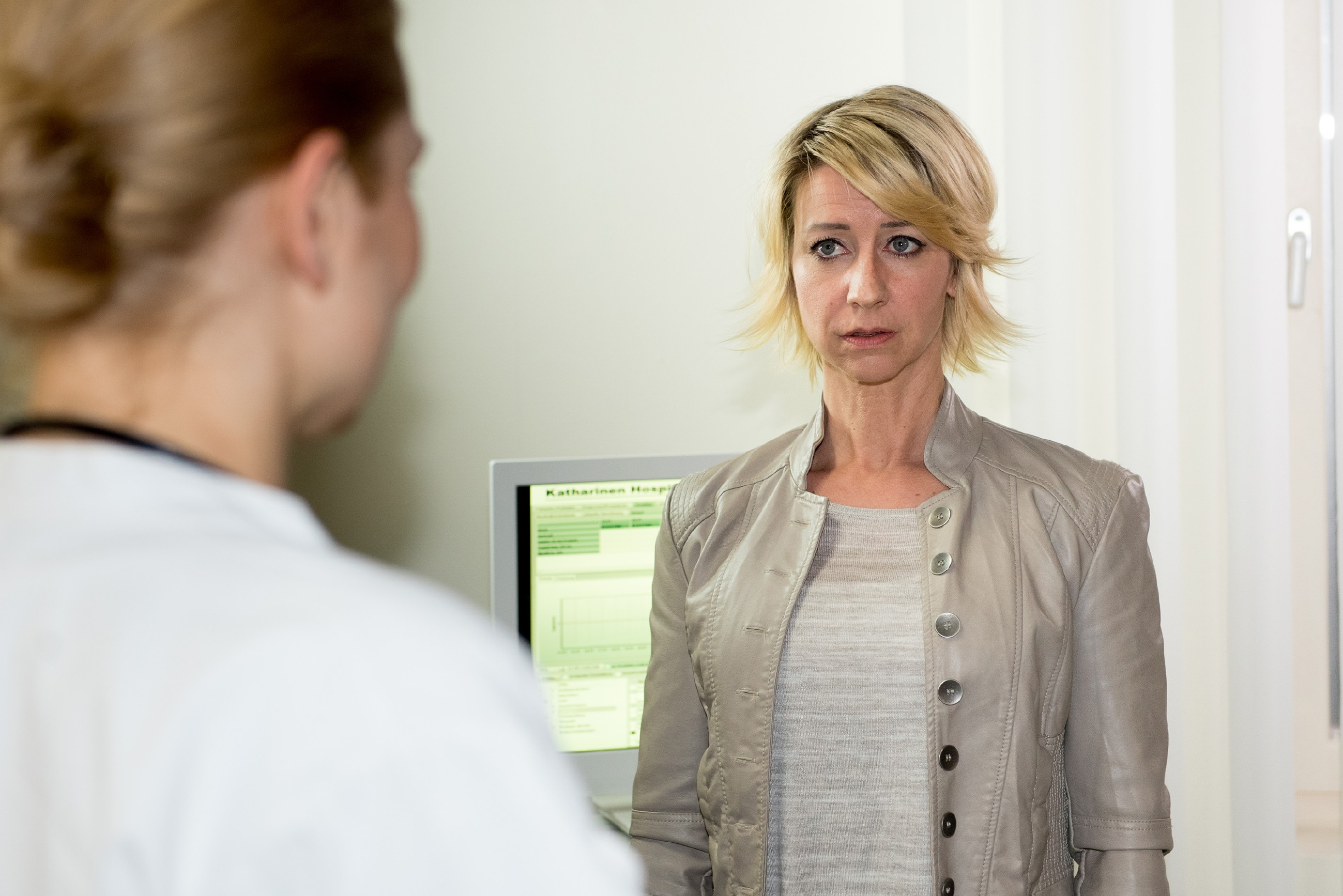 Ute (Isabell Hertel, r.) erfährt von ihrer Ärztin Dr. Herbst (Silke Natho), dass sie schwanger ist... (Quelle: RTL / Stefan Behrens)
