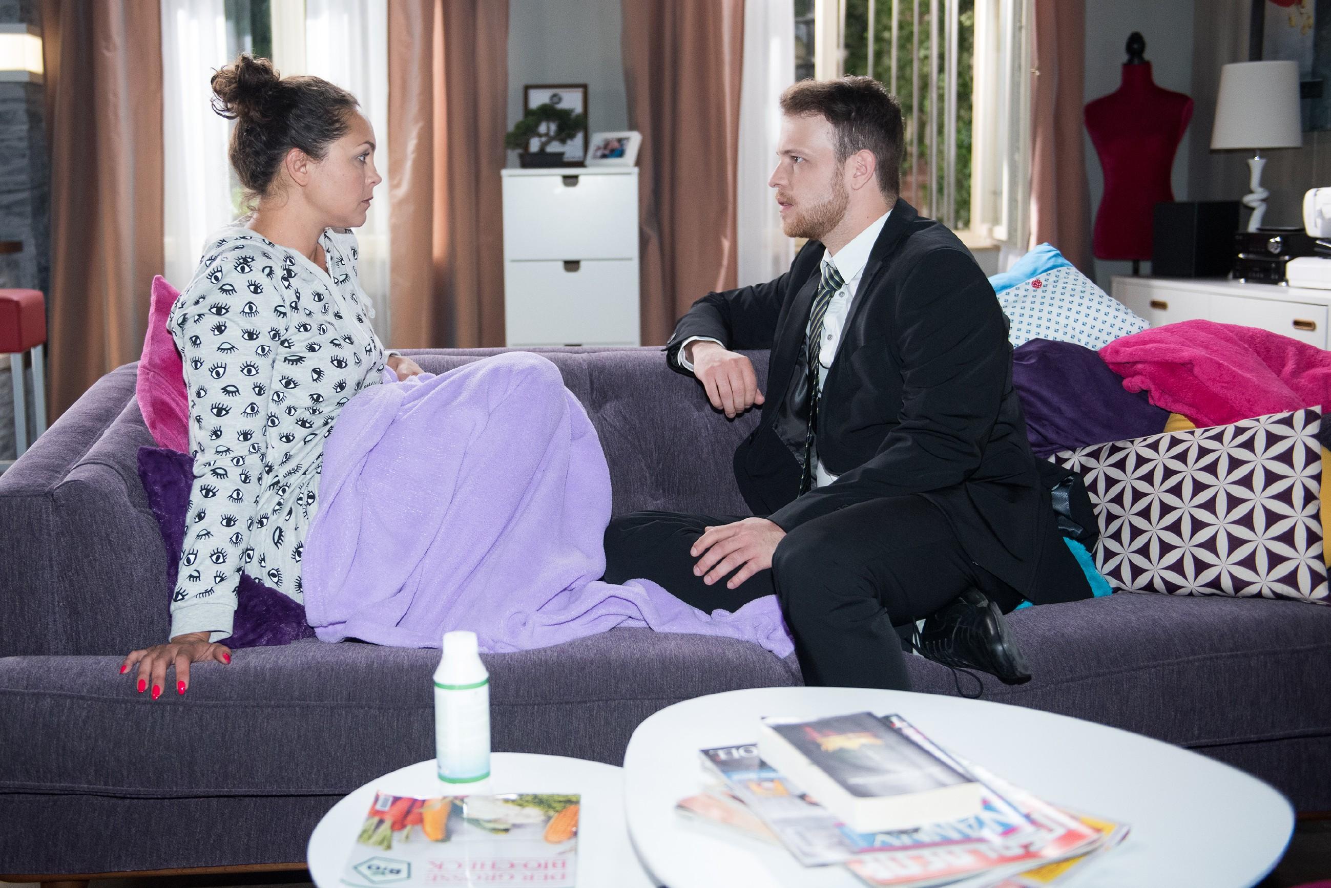 Tobias (Patrick Müller) erfährt von Caro (Ines Kurenbach) geschockt, dass er wirklich Vater wird... (Quelle: RTL / Stefan Behrens)