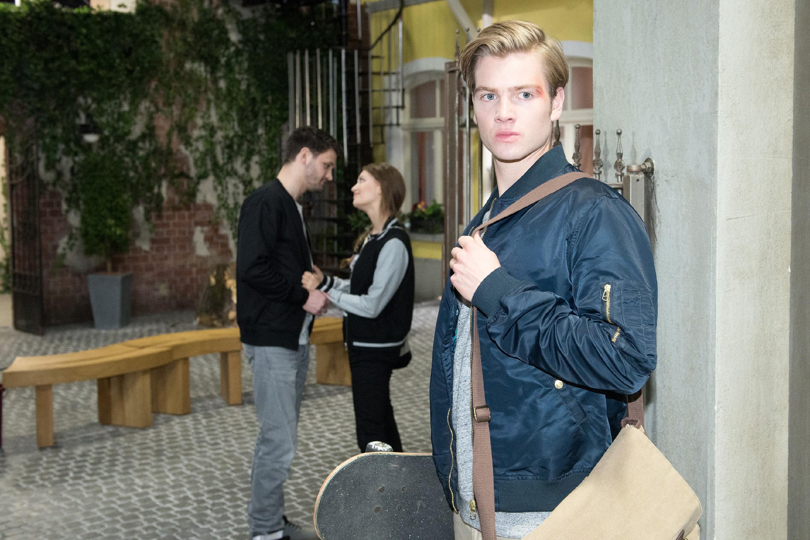 Valentin (Aaron Koszuta, r.) ist getroffen, als er beobachtet, wie Jule (Amrei Haardt) mit Mario (Arne Rudolf) flirtet. (Quelle: RTL / Stefan Behrens)