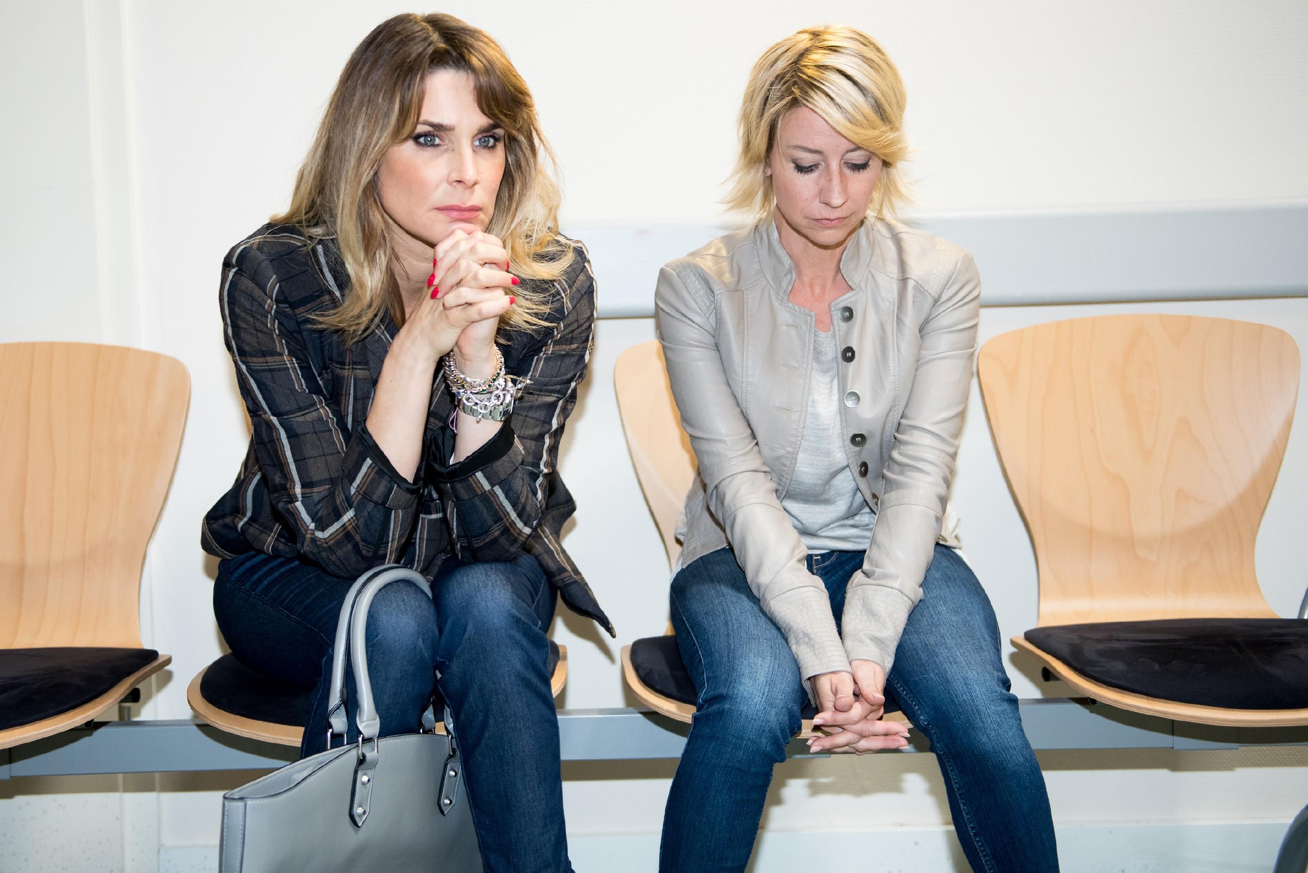 Eva (Claudelle Deckert, l.) steht Ute (Isabell Hertel) in ihrer Angst bei und begleitet sie zur Diagnose ins Krankenhaus. (Quelle: RTL / Stefan Behrens)