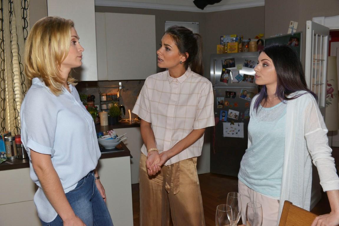 Als Sophie (Lea Marlen Woitack, l.) Jasmin (Janina Uhse, M.) und Emily (Anne Menden) von dem Jobangebot und ihren Verhandlungen mit City Stylz erzählt, wirft Emily Sophie Verrat vor...