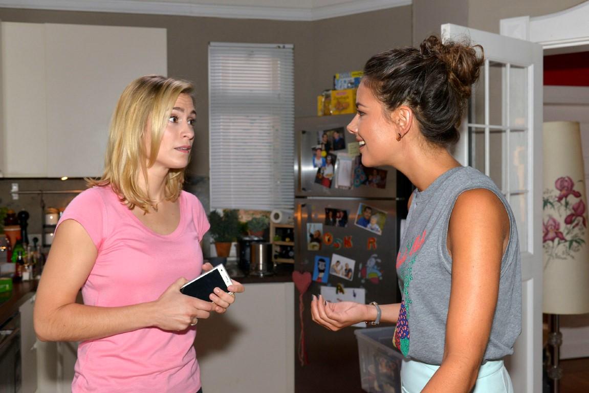 Sophie (Lea Marlen Woitack, l.) fragt sich in Gegenwart von Jasmin (Janina Uhse), wie sie Karriere und Schwangerschaft unter einen Hut bringen soll.