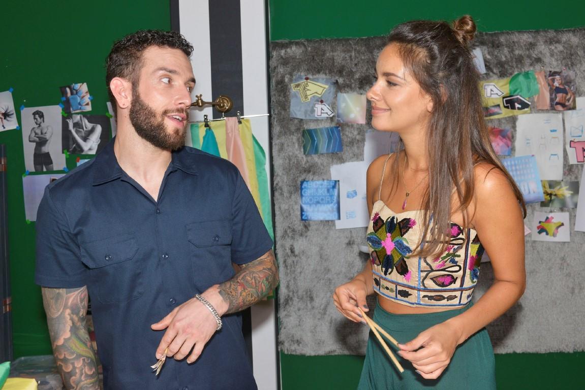 Roberto (Sascha Pederiva) zeigt sich bei Jasmin (Janina Uhse) von seiner besten Seite.