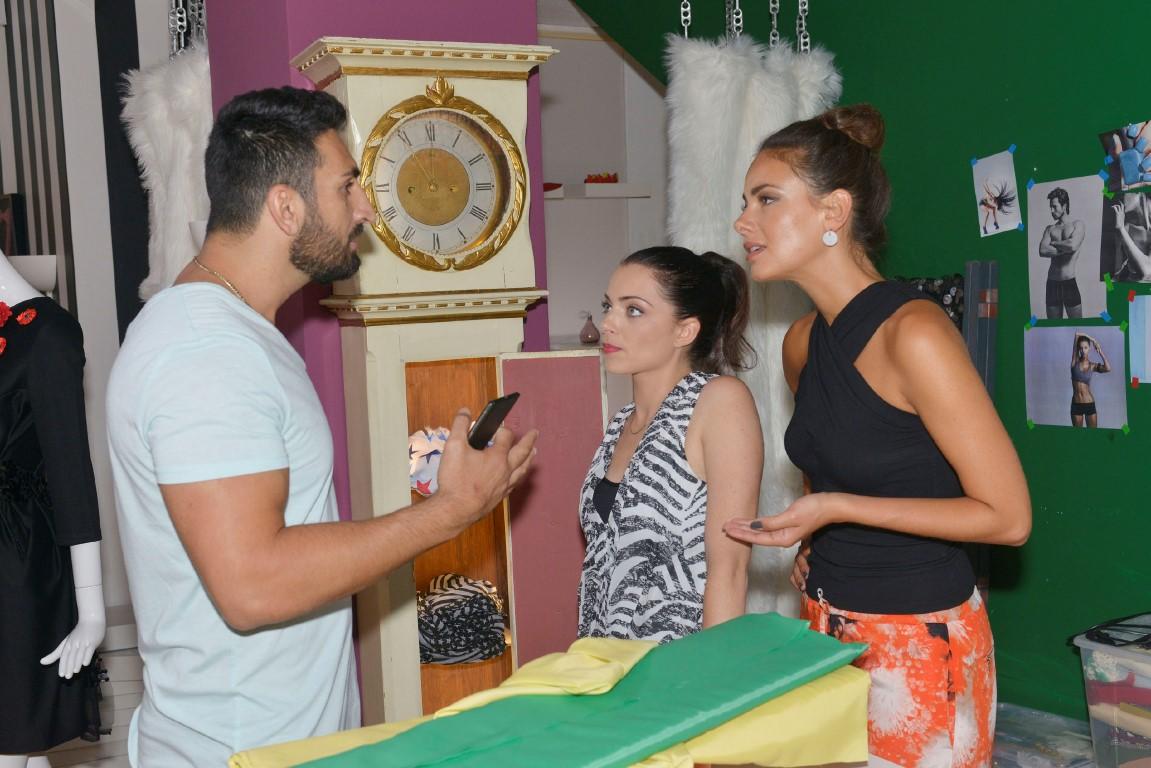 Emily (Anne Menden, M.) und Jasmin (Janina Uhse) wollen nicht, dass sich Mesut (Mustafa Alin) in das Problem mit Roberto einmischt.