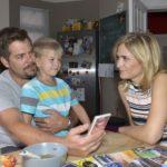 Leon (Daniel Fehlow) freut sich, dass Sophie (Lea Marlen Woitack) entspannter mit ihrer Schwangerschaft umgeht.