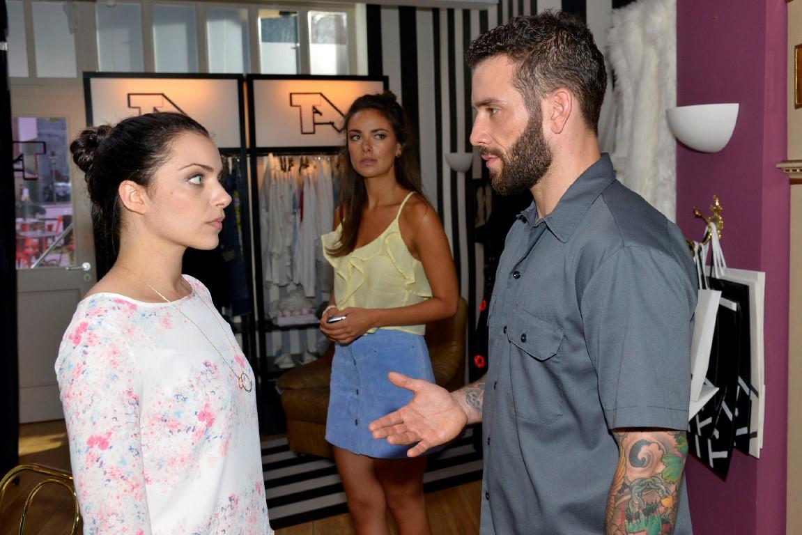 Emily (Anne Menden, l.) und Jasmin (Janina Uhse) hoffen einen Weg zu finden, um Roberto (Sascha Perderiva) aus Berlin zu vertreiben. Doch das ist schwerer als gedacht...