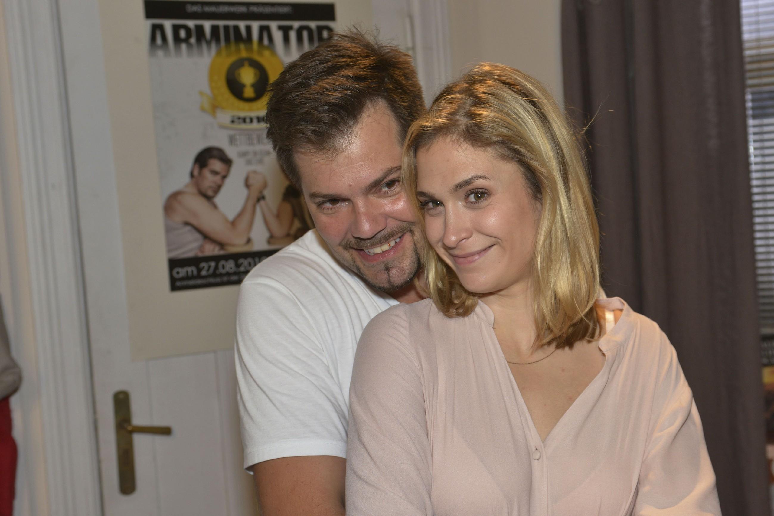 Trotz Sophies (Lea Marlen Woitack) Dauermüdigkeit, Übelkeit und anderer Gelüste freuen sich Leon (Daniel Fehlow) und sie unbändig auf ihr Baby. (Quelle: RTL / Rolf Baumgartner)