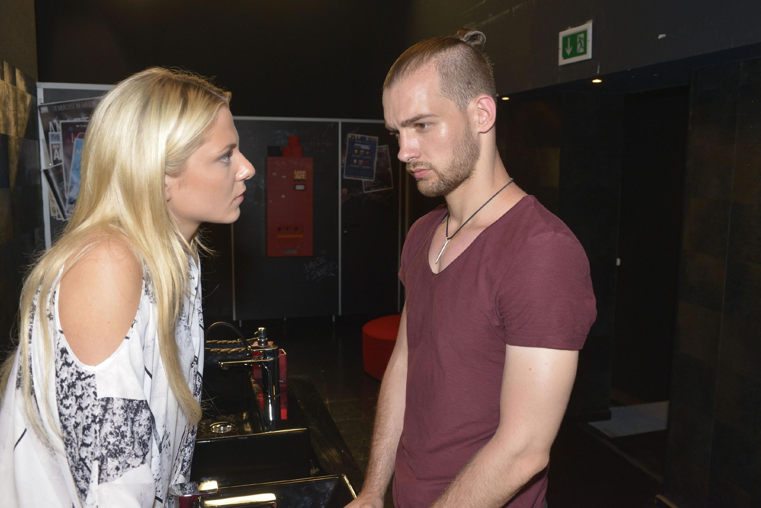 Sunny (Valentina Pahde) versucht Chris (Eric Stehfest) zu beruhigen und beginnt zu ahnen, wie sehr er unter dem schlechten Verhältnis zu seiner Mutter leidet. (Quelle: RTL / Rolf Baumgartner)