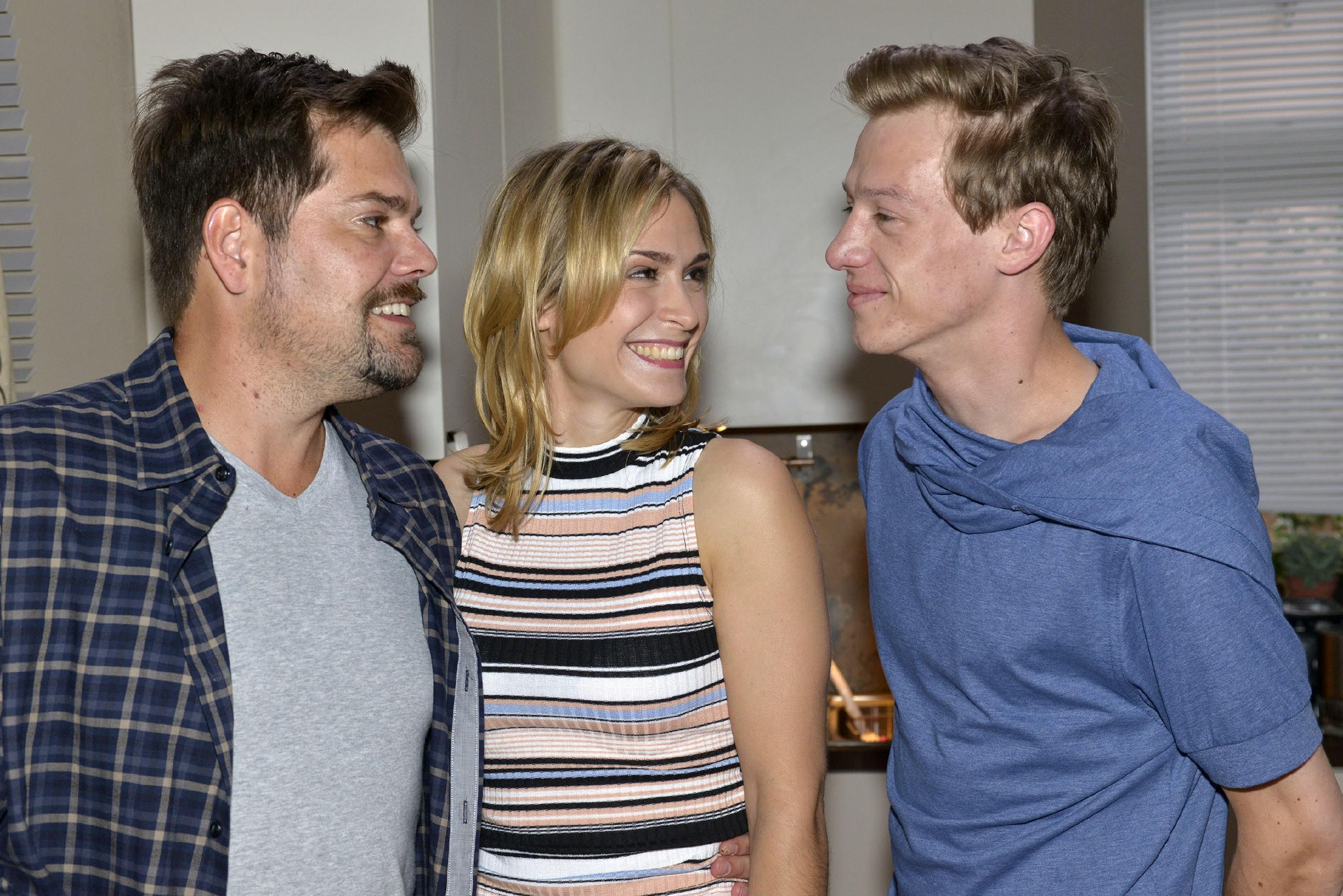 Leon (Daniel Fehlow, l.) und Sophie (Lea Marlen Woitack) freuen sich, dass Vince (Vincent Krüger) gefestigt aus seiner Therapie zurückkehrt. (Quelle: RTL / Rolf Baumgartner)