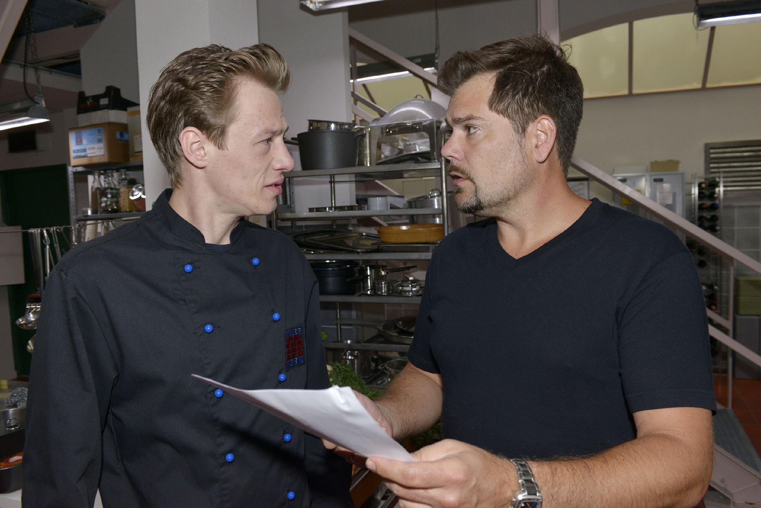 Als Vince (Vincent Krüger, l.) im Mauerwerk als Koch einspringt, schöpft Leon (Daniel Fehlow) Hoffnung, Vince würde wieder fest bei ihm einsteigen - doch Vince hat andere Pläne... (Quelle: RTL / Rolf Baumgartner)