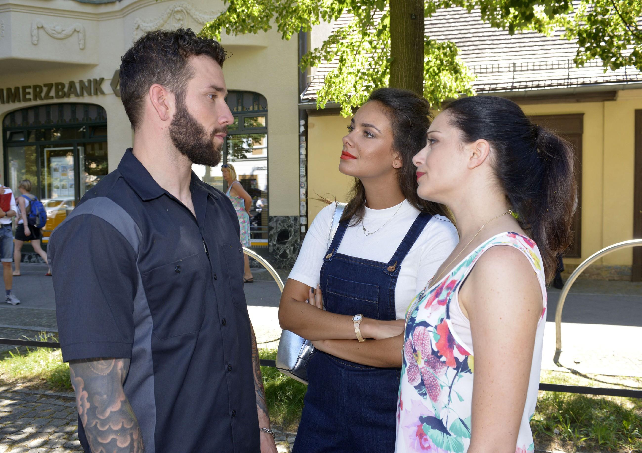 Roberto (Sascha Pederiva) lässt sich von Jasmin (Janina Uhse, M.) und Emily (Anne Menden) nicht unter Druck setzen. (Quelle: RTL / Rolf Baumgartner)