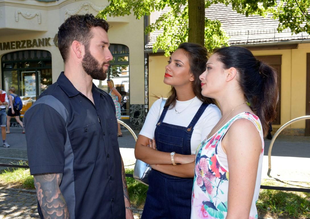 Roberto (Sascha Pederiva) lässt sich von Jasmin (Janina Uhse, M.) und Emily (Anne Menden) nicht unter Druck setzen.