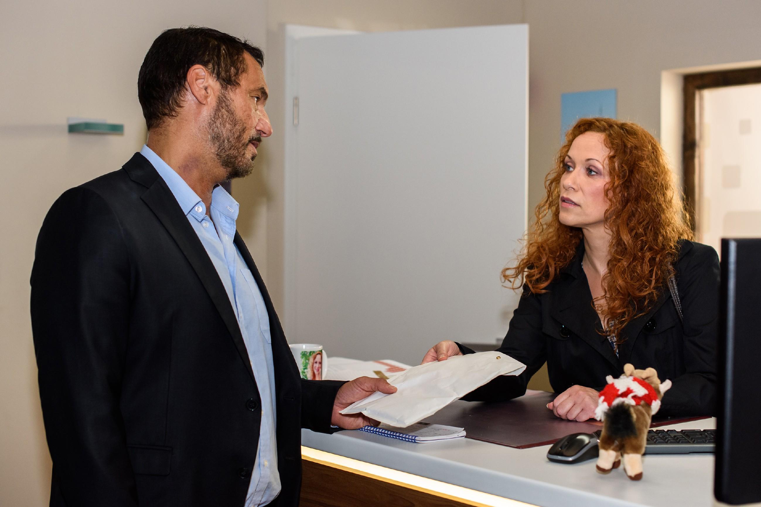 Um Simone nicht misstrauisch zu machen, ŸübertrŠägt Richard (Silvan-Pierre Leirich) Brigitte (Madlen Kaniuth) die Aufgabe, Carmen das Geld zu bringen. (Quelle: RTL / Julia Feldhagen)