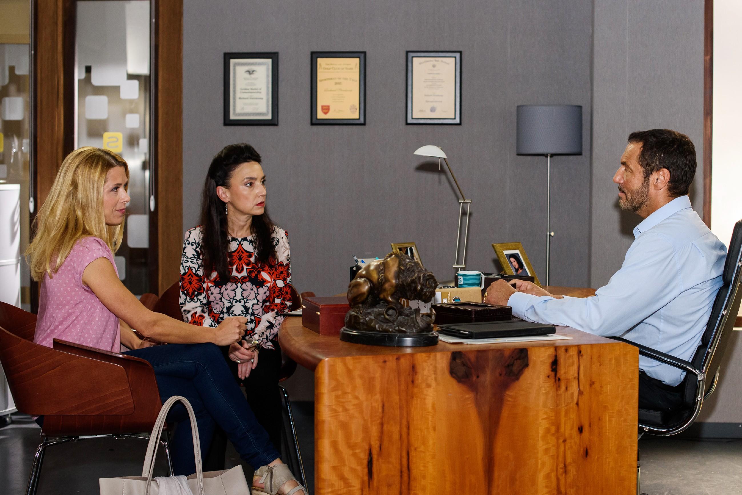 Simone (Tatjana Clasing, 2.v.l.) sitzt mit Diana (Tanja Scewczenko) und Richard (Silvan-Pierre Leirich) zusammen und bleibt in Sachen Carmen weiter unversöšhnlich. (Quelle: RTL / Julia Feldhagen)