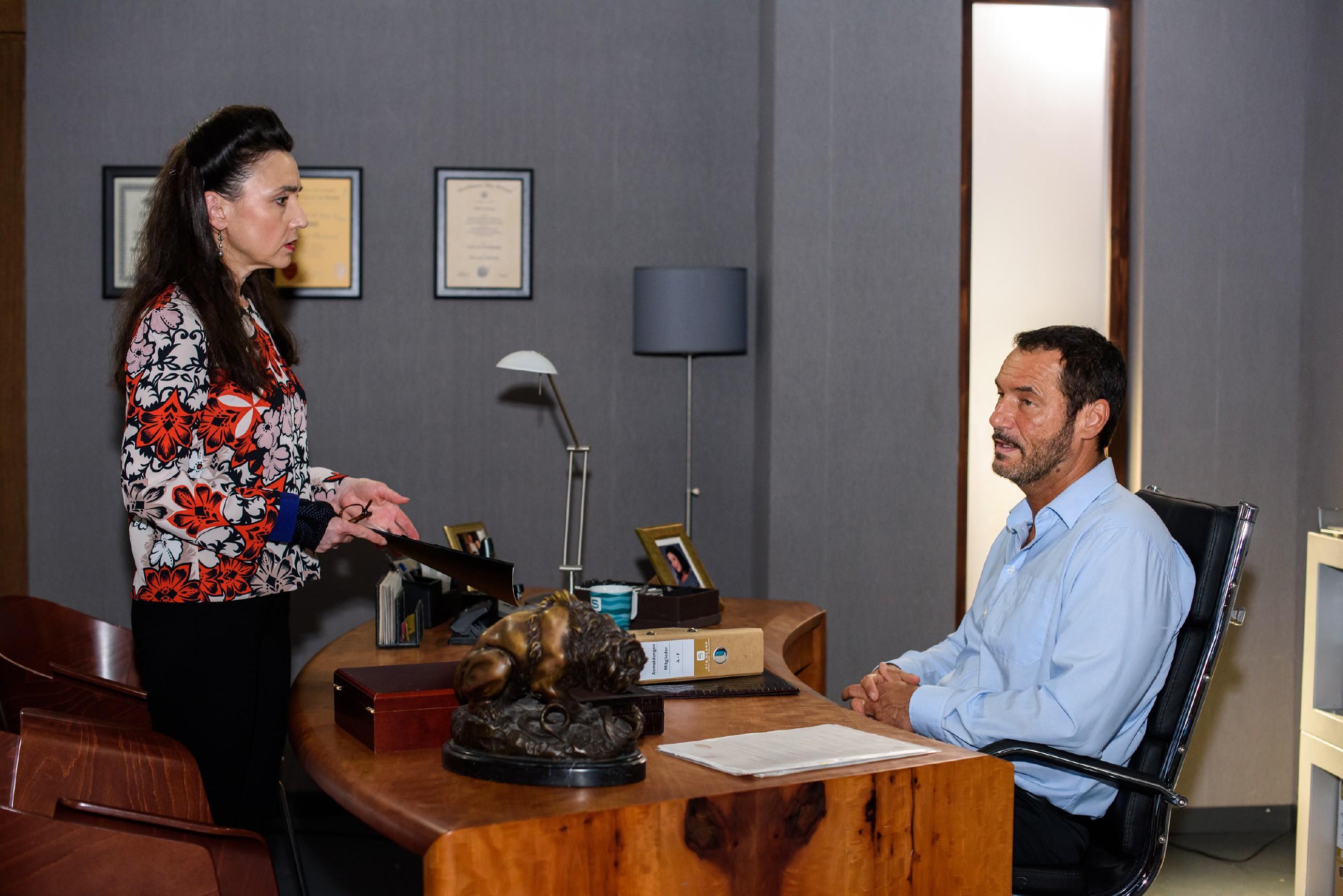 Richard (Silvan-Pierre Leirich) verschweigt Simone (Tatjana Clasing) unwohl, dass er Carmen das Geld entgegen Simones Willen versprochen hat. (Quelle: RTL / Julia Feldhagen)